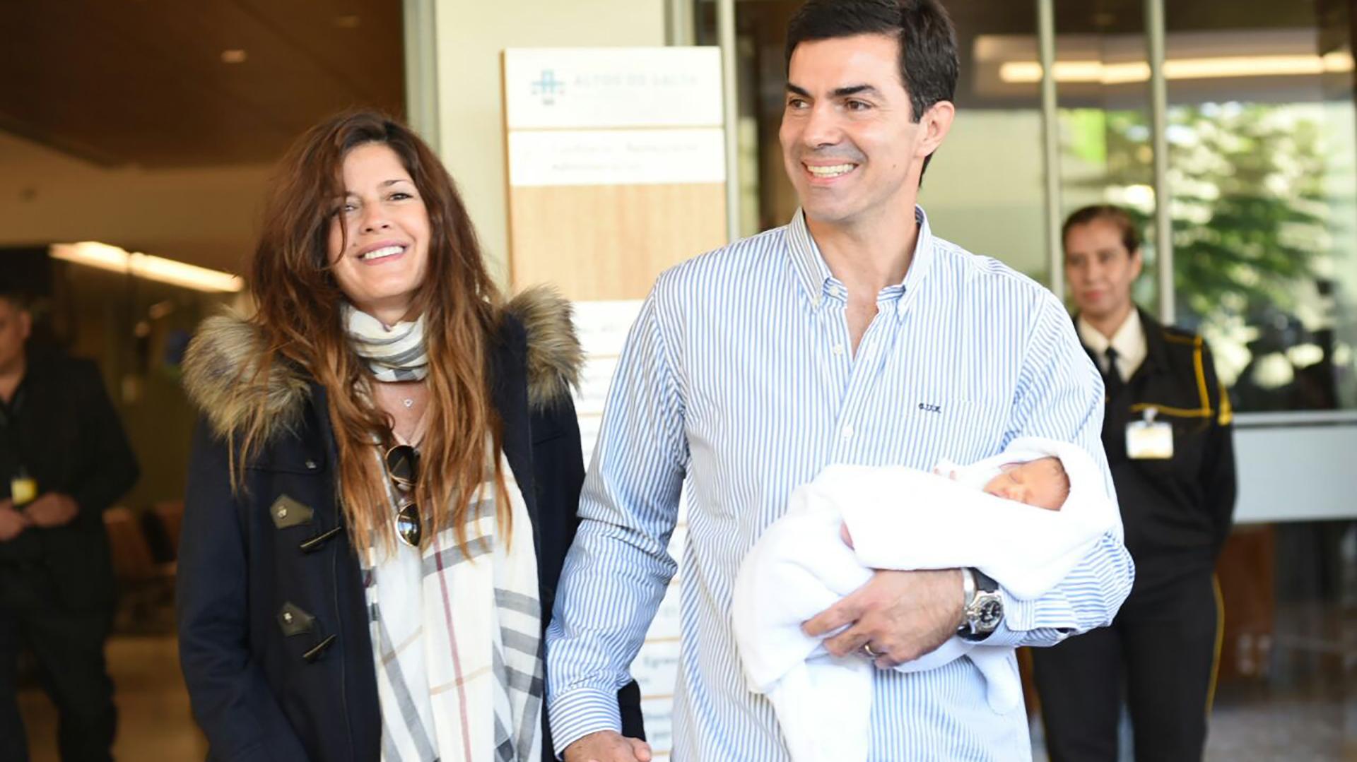 Isabel Macedo y Juan Manuel Urtubey se retiran del hospital con su hija