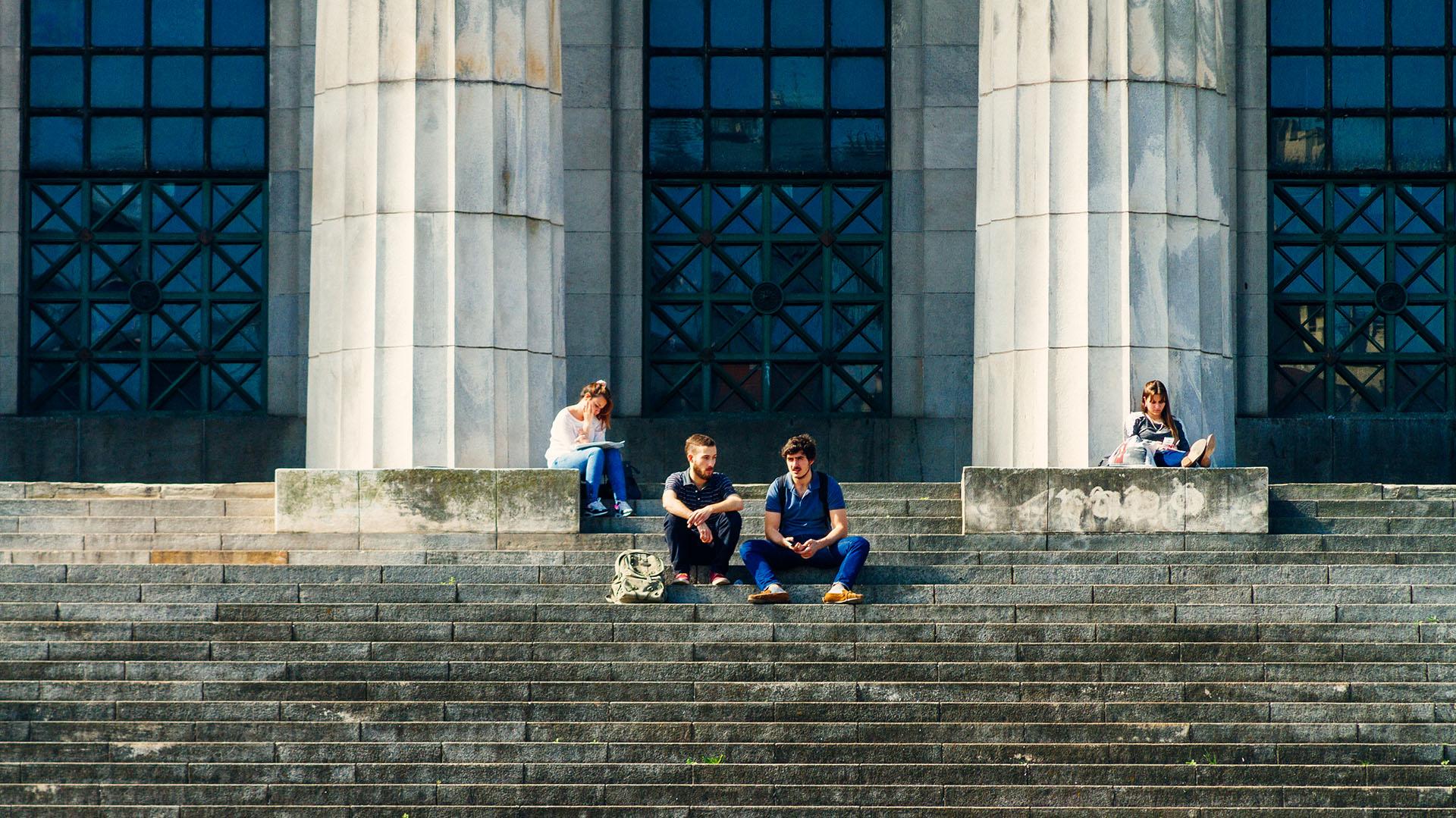 Estudiantes en la puerta de la Facultad de Derecho de la UBA (Getty Images)