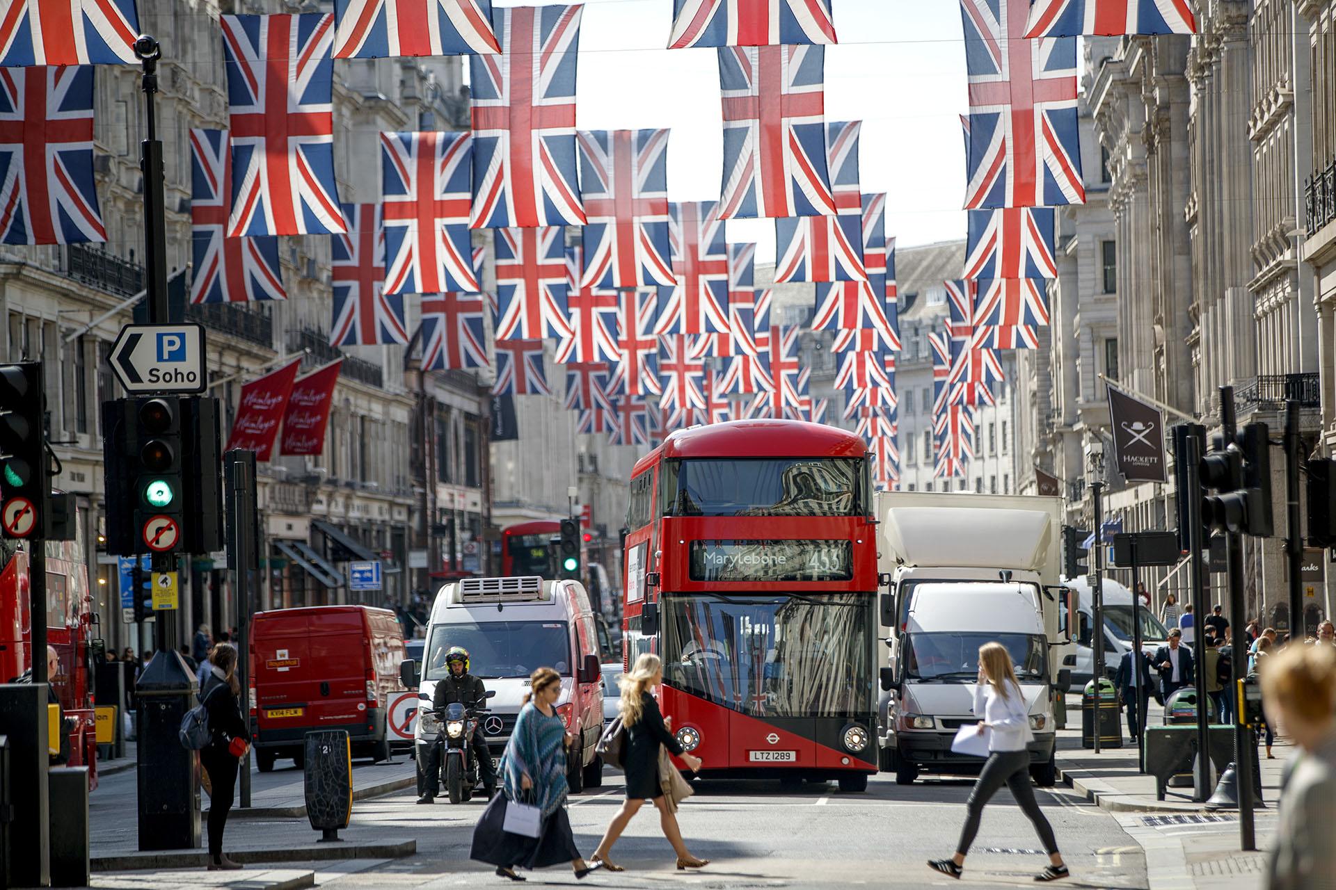El centro de la ciudad ya está decorado con banderolas y pancartas ceremoniales