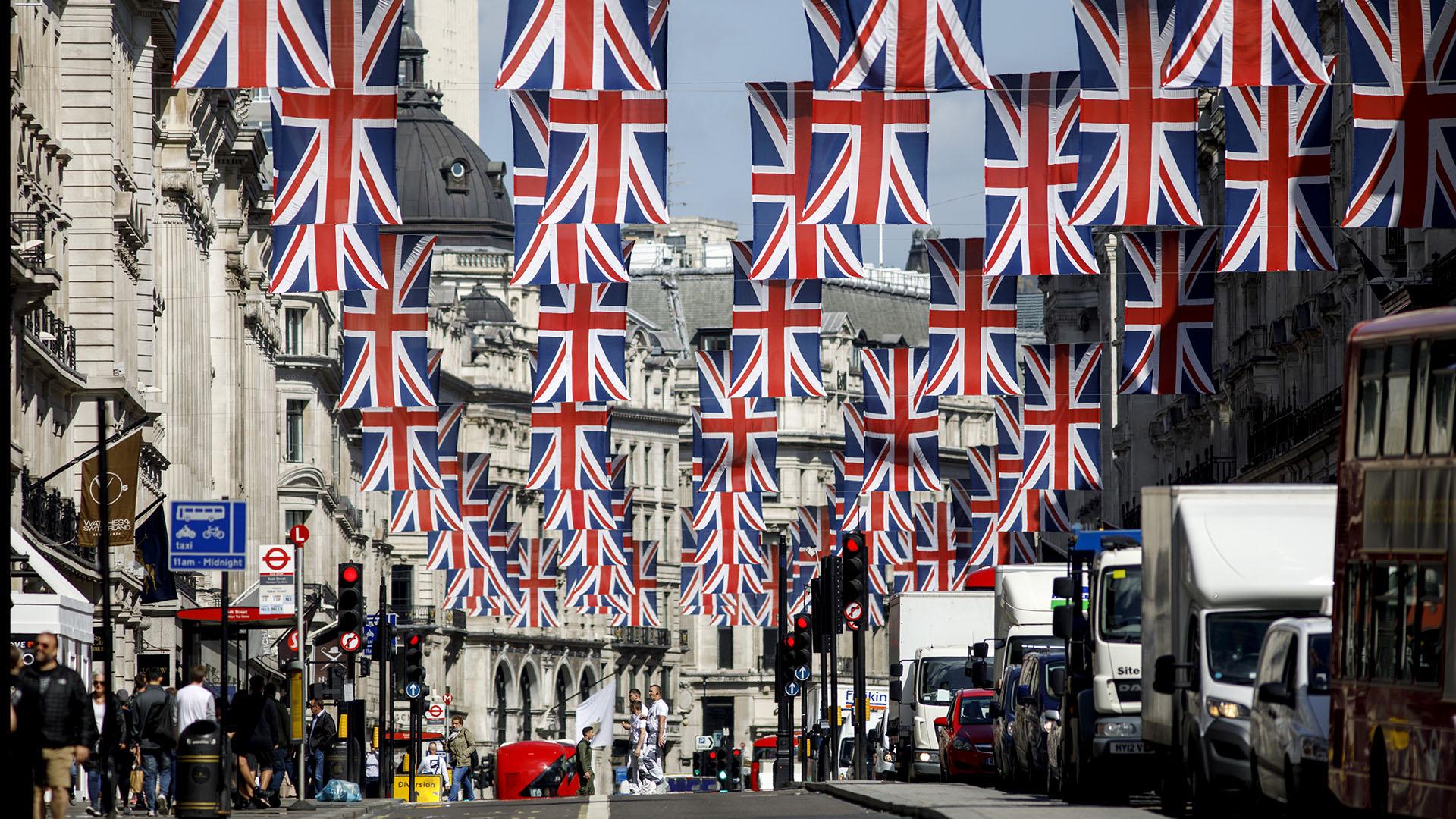 Kensington Palace que instalará pantallas gigantes por todo el recorrido nupcial (Castle Hill, High Street, Sheet Street, Kings Road, Albert Road y Long Walk) emitiendo imágenes en directo del enlace