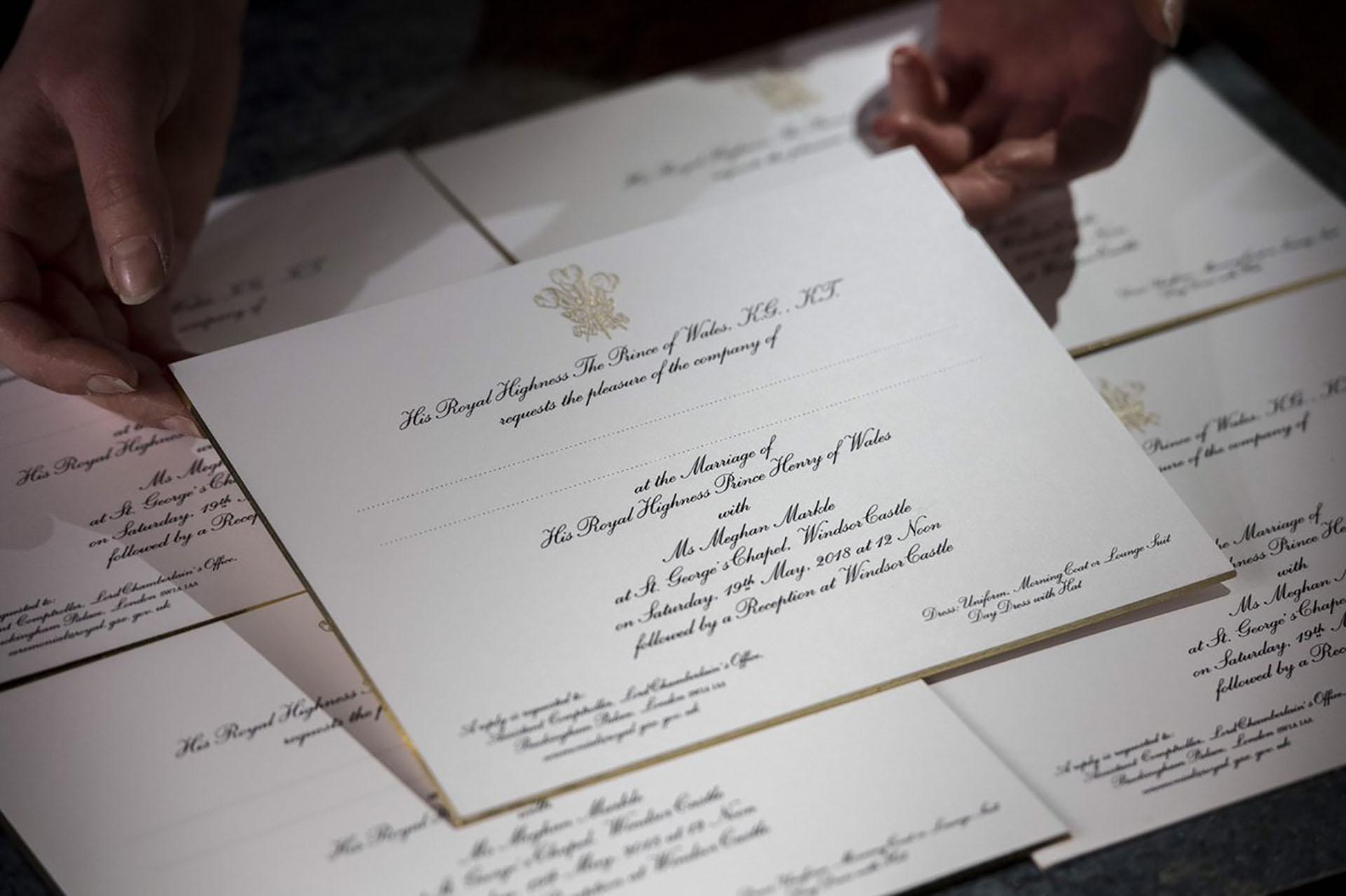 Las invitaciones que ya fueron enviadas siguen la tradición de la monarquía británica, realizadas por por Barnard y Westwood. Incluyen el sello de tres plumas del Príncipe de Gales en tinta dorada