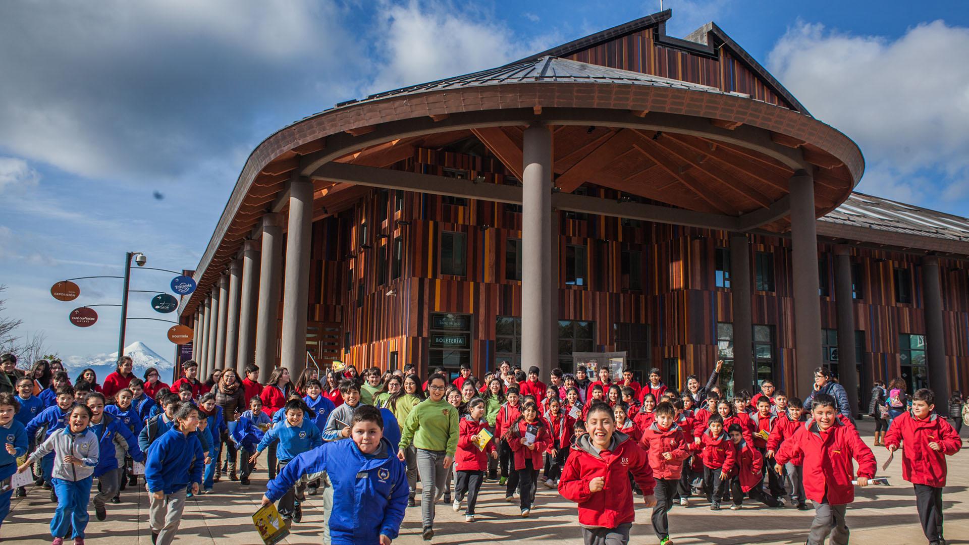 La arquitectura del Teatro del Lago emula los antiguos galpones de la Región de Los Lagos. Se valoriza el uso de la madera. La cubierta y los pilares exteriores son de cobre