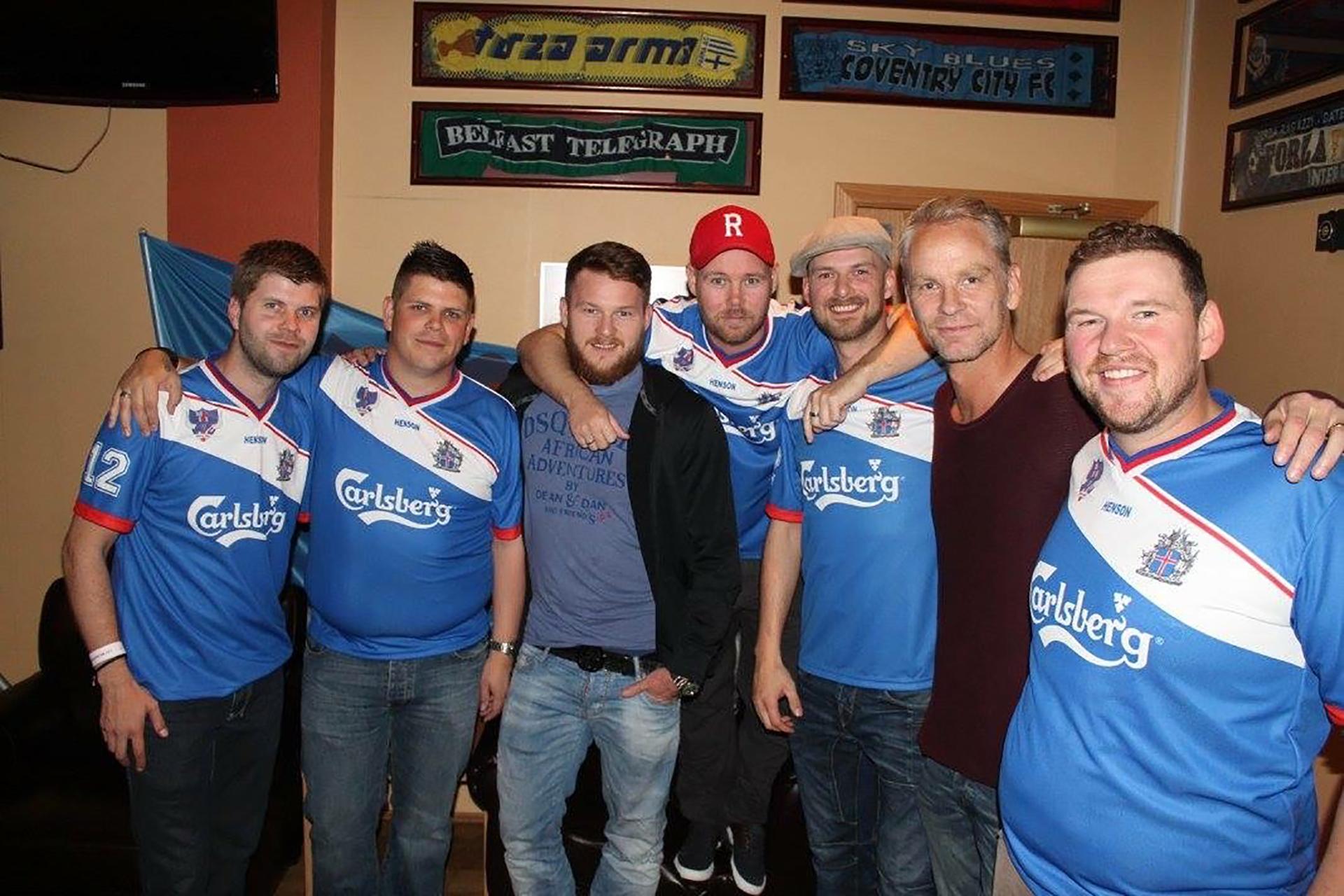 Los hinchas con Aron Gunnarsson, el capitán de la selección islandesa