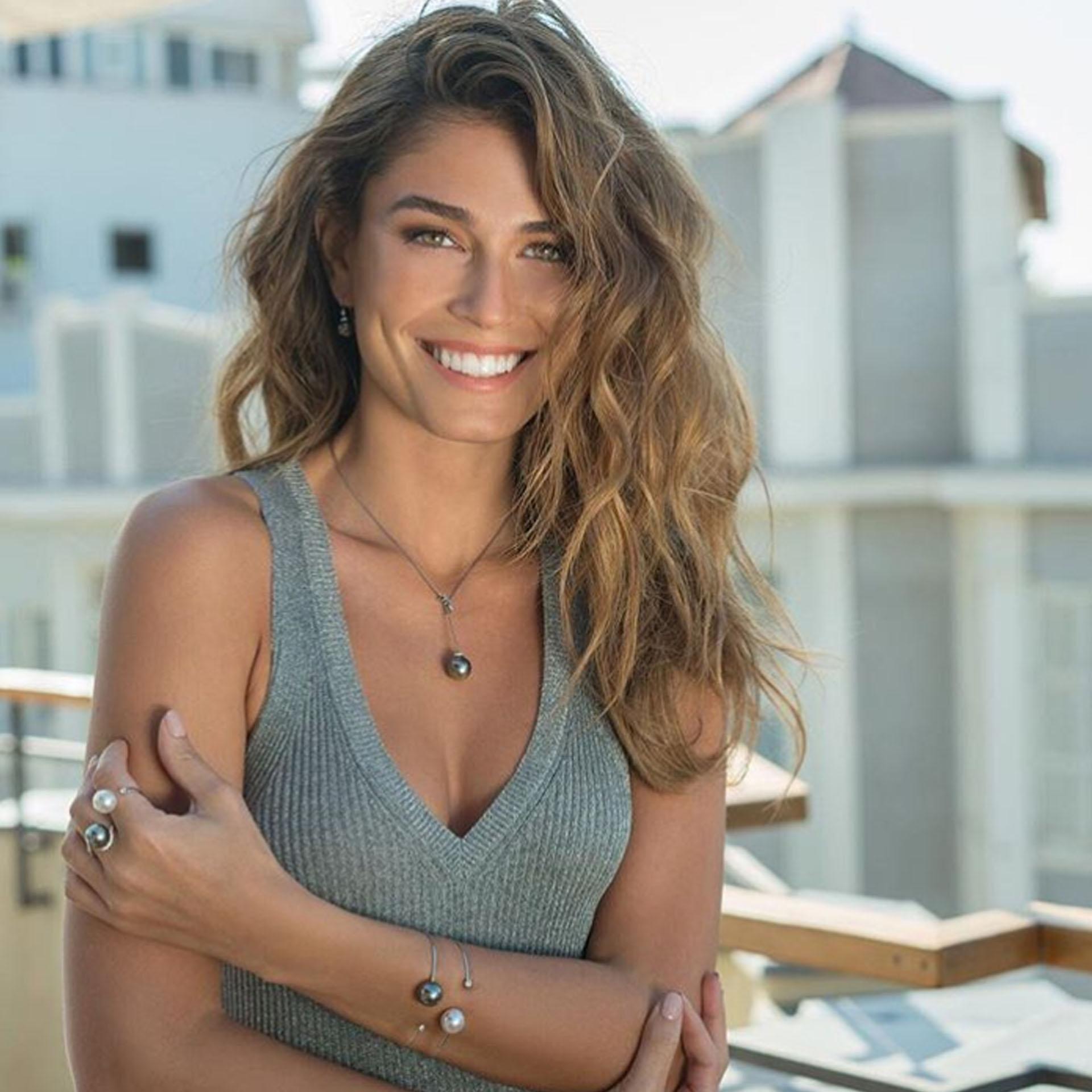 Simanovich tiene 26 años: es modelo y diseñadora de indumentaria (@coralsimanovich)