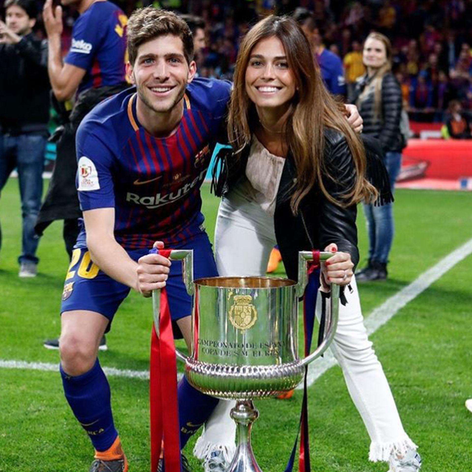 Sergi y Coral durante los festejos de la última Copa del Rey del Barcelona (@coralsimanovich)