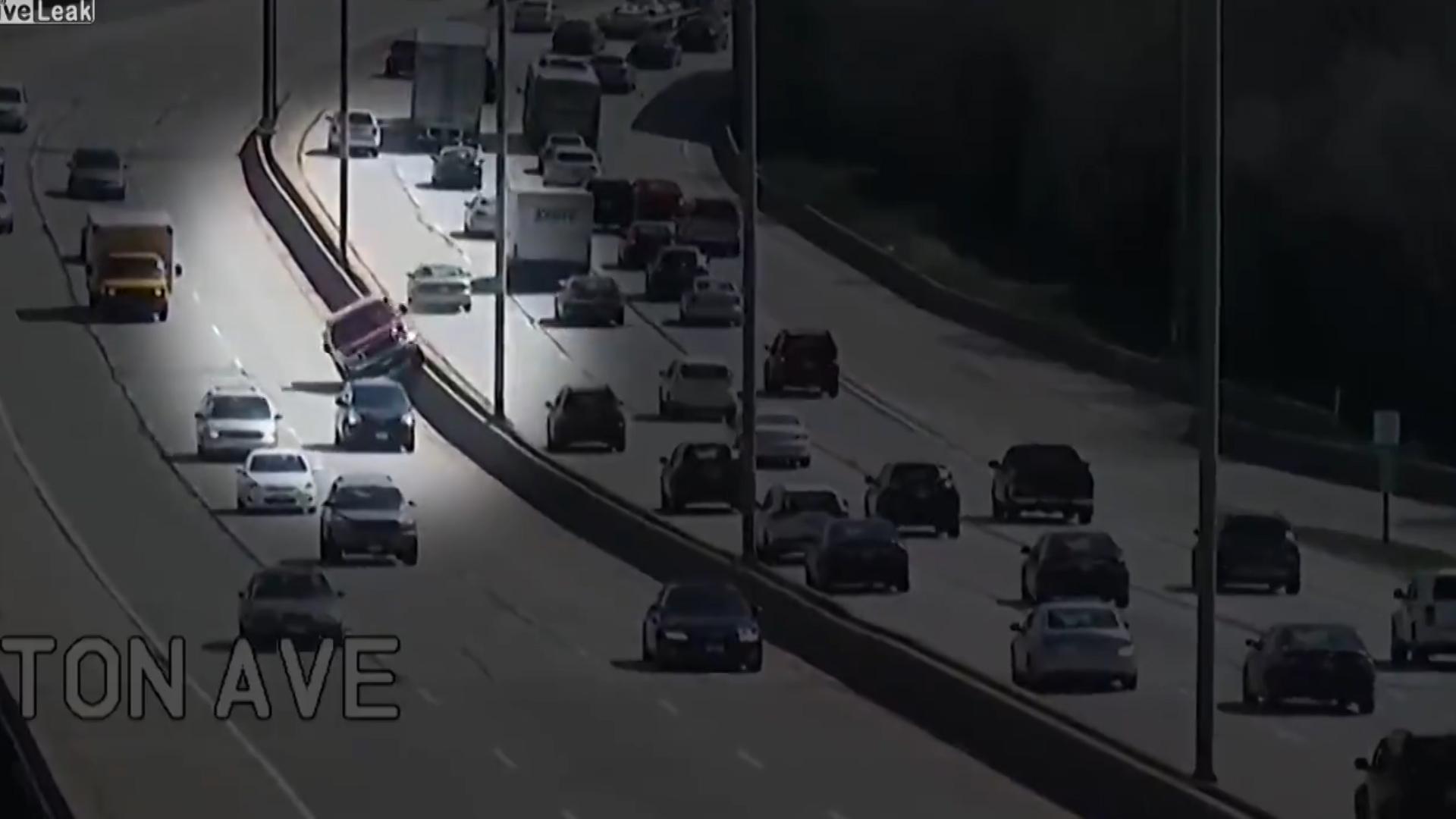 Por razones difíciles de entender, el conductor se montó sobre la medianera empezó a andar en dos ruedas