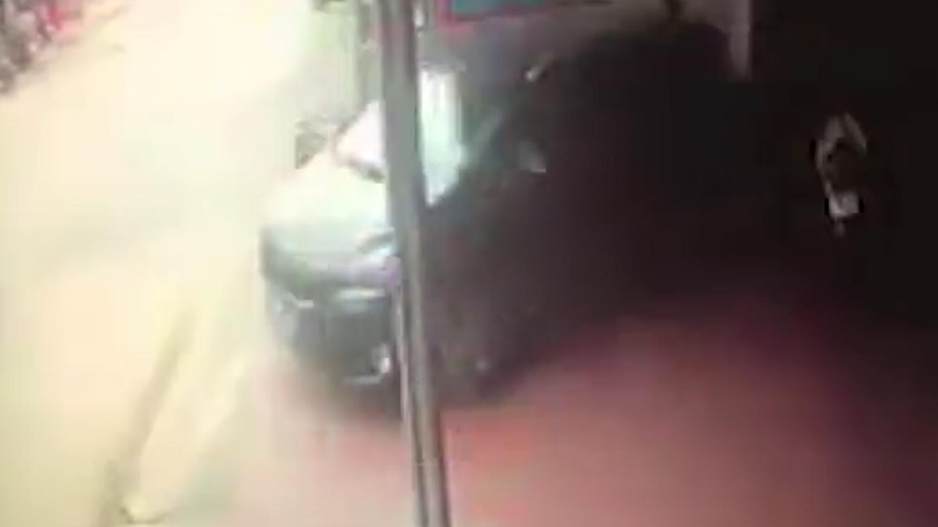 Se puso detrás del vehículo para darle indicaciones