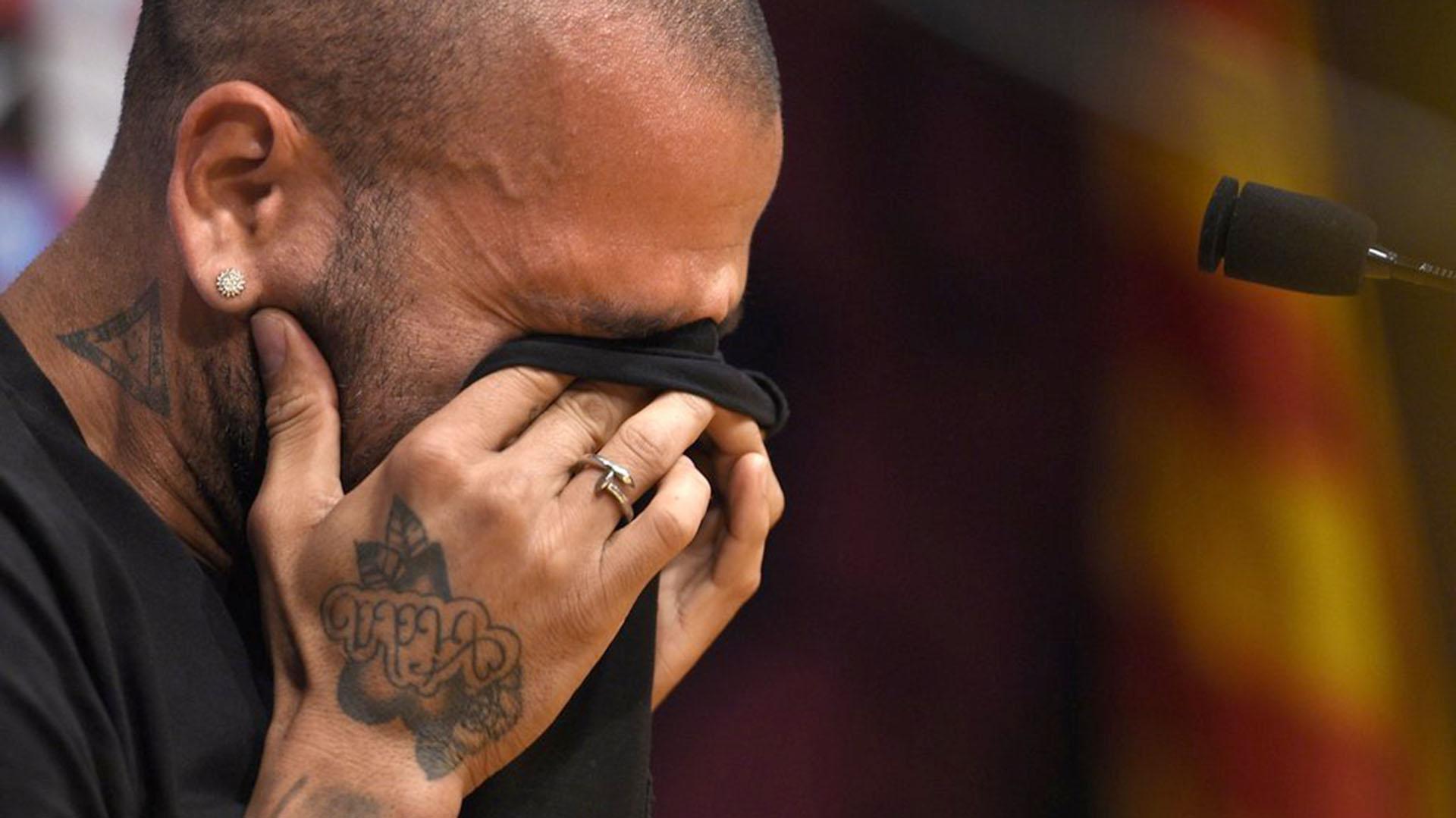 Dani Alves está hundido por no poder jugar el Mundial por lesión (AFP)