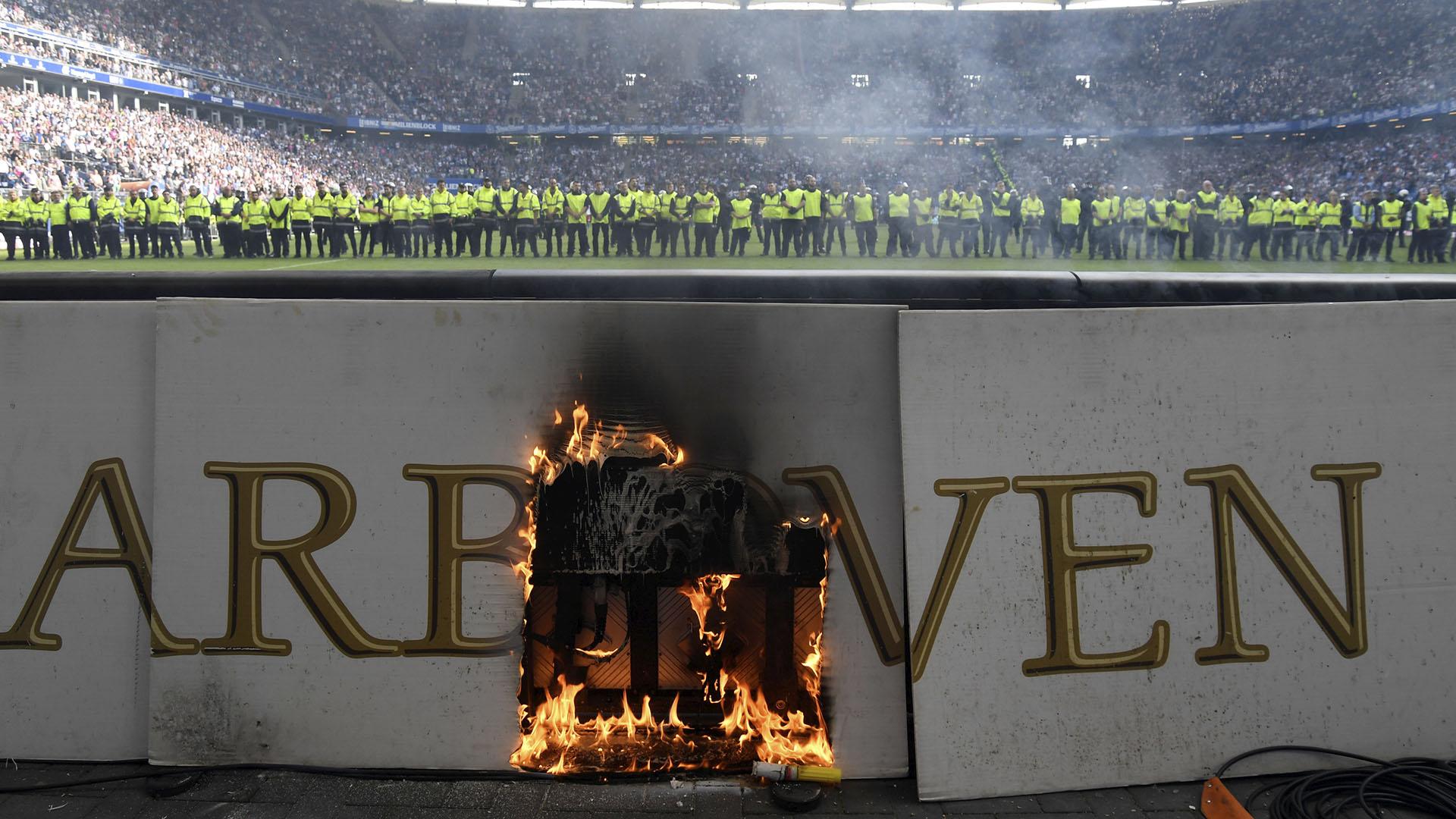 El cordón policial protegió a los jugadores de los incidentes. Nadie invadió el campo de juego (Reuters)