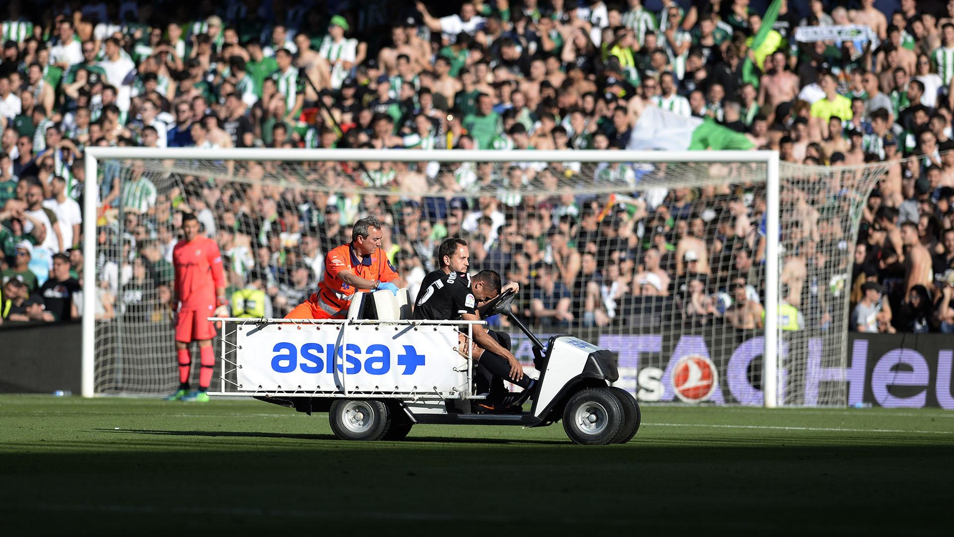 Mercado se retiró en camilla tras su lesión (Foto: AFP)