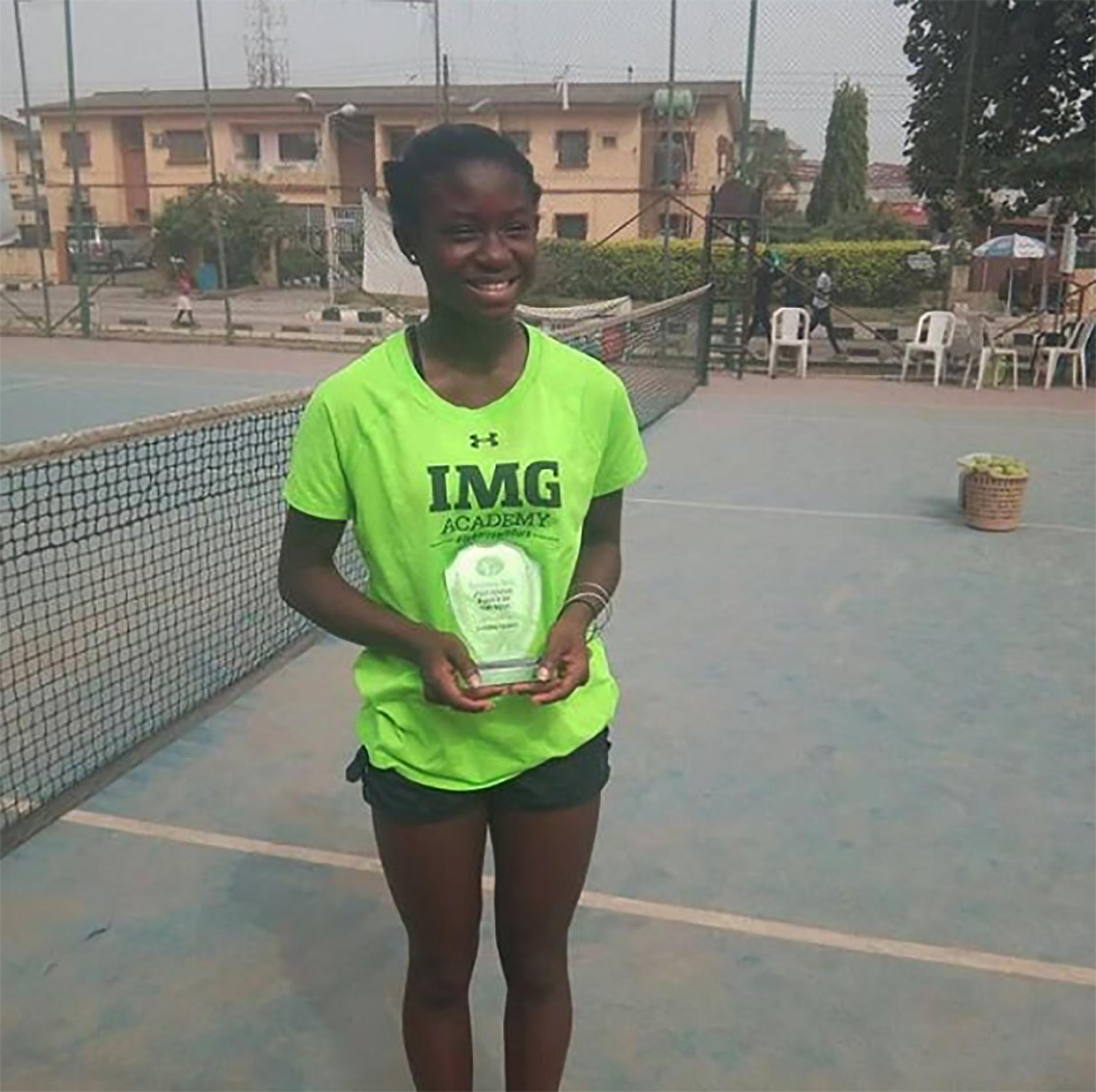 La joven posa con el premio a la mejor juvenil Nigeriana de 2017