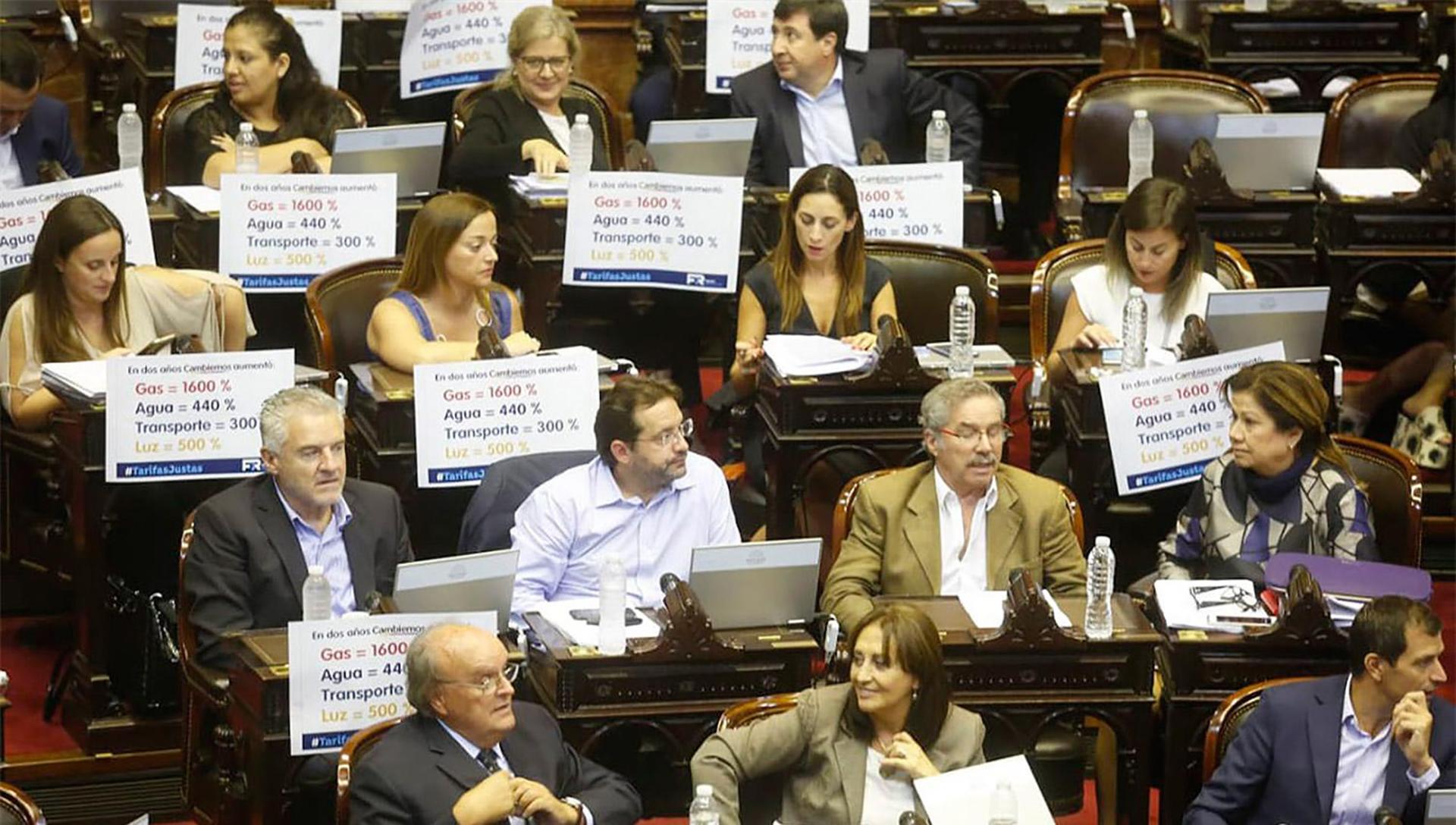 """Cada vez que el peronismo complota con carteles y discursos en el Congreso, crecen las acciones de Buenos Aires como la Capital Mundial del rumor. """"Son unos caraduras. Acá lo que más aumentó fue el salario de ellos"""" dice el jefe de la limpieza del edificio."""