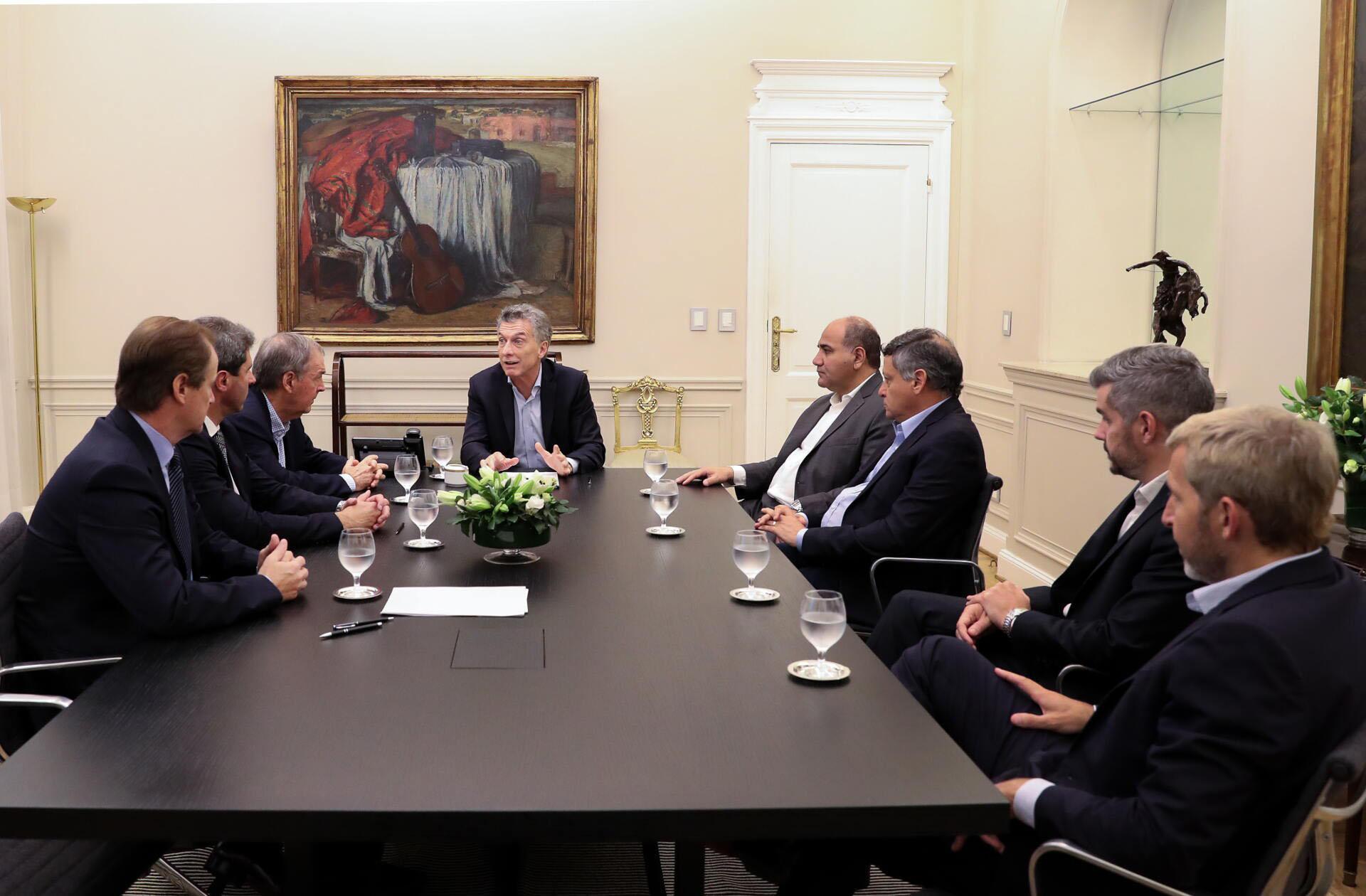 El Presidente Macri se reunió con los gobernadores peronistas Schiaretti (Córdoba), Bordet (Entre Ríos), Manzur (Tucumán), Uñac (San Juan) y Peppo (Chaco). Cuando se fueron dijo estar muy contento por el apoyo y porque su billetera seguía en su poder.