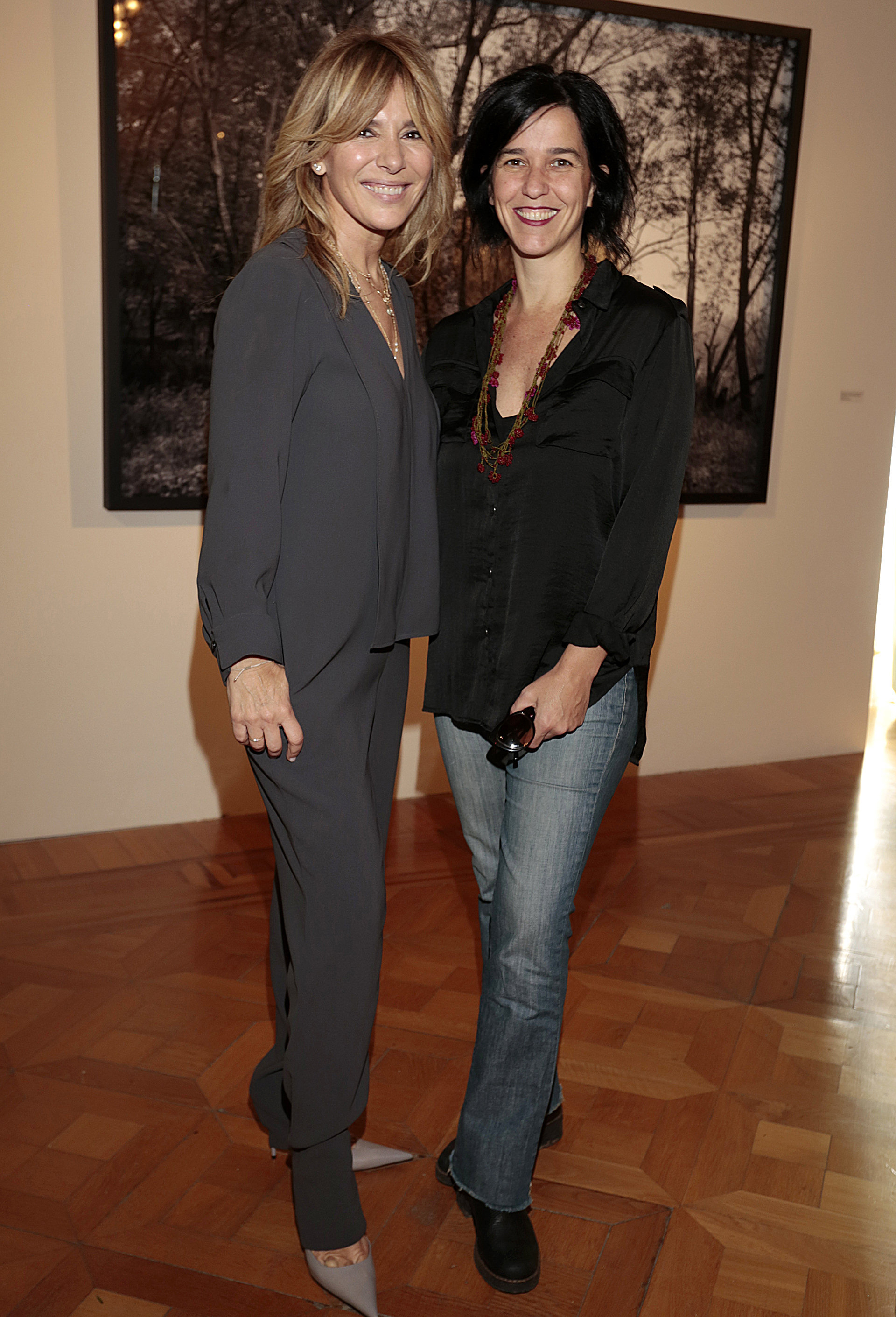 Grace Ratto y Julieta Escardo, editora fotográfica del libro presentado que reúne la muestra completa
