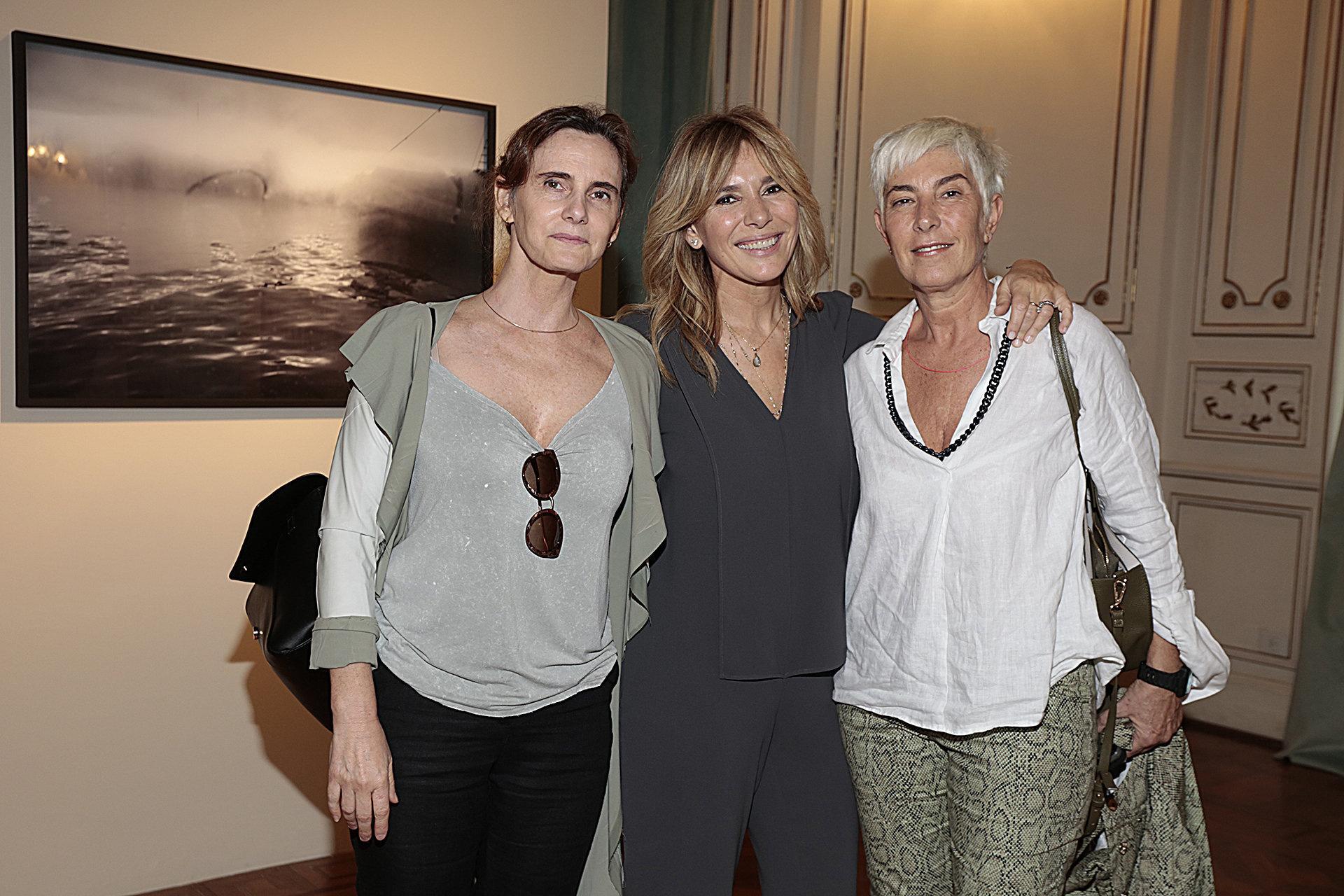 Las fotógrafas Andrea Alkalay y Andrea Guedella junto a la expositora