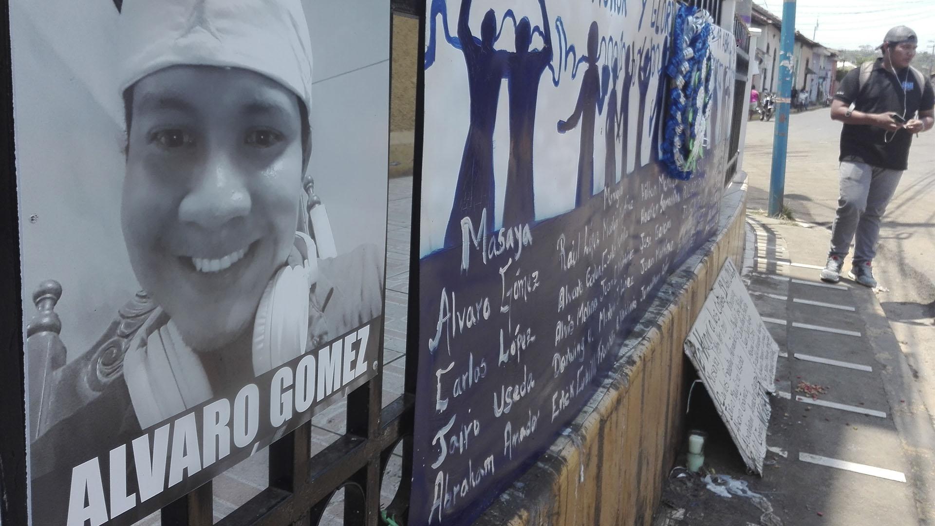 Las carteles con el rostro de Álvaro Alberto Gómez Navarro, uno de los muertos en la lucha cívica en Monimbó (Foto: Matilde Córdoba)