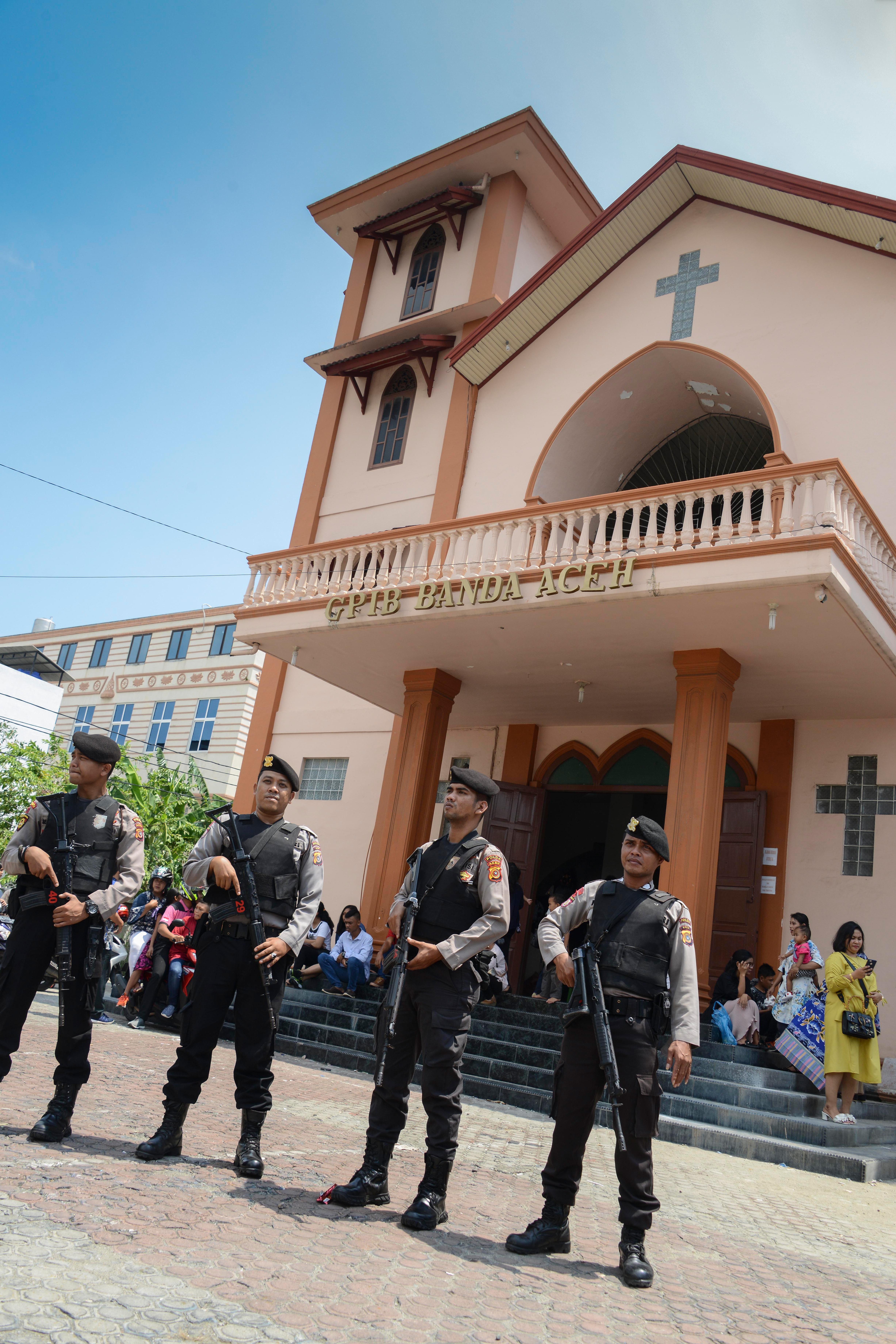 La policía custodia una iglesia cristiana tras los ataques (AFP)