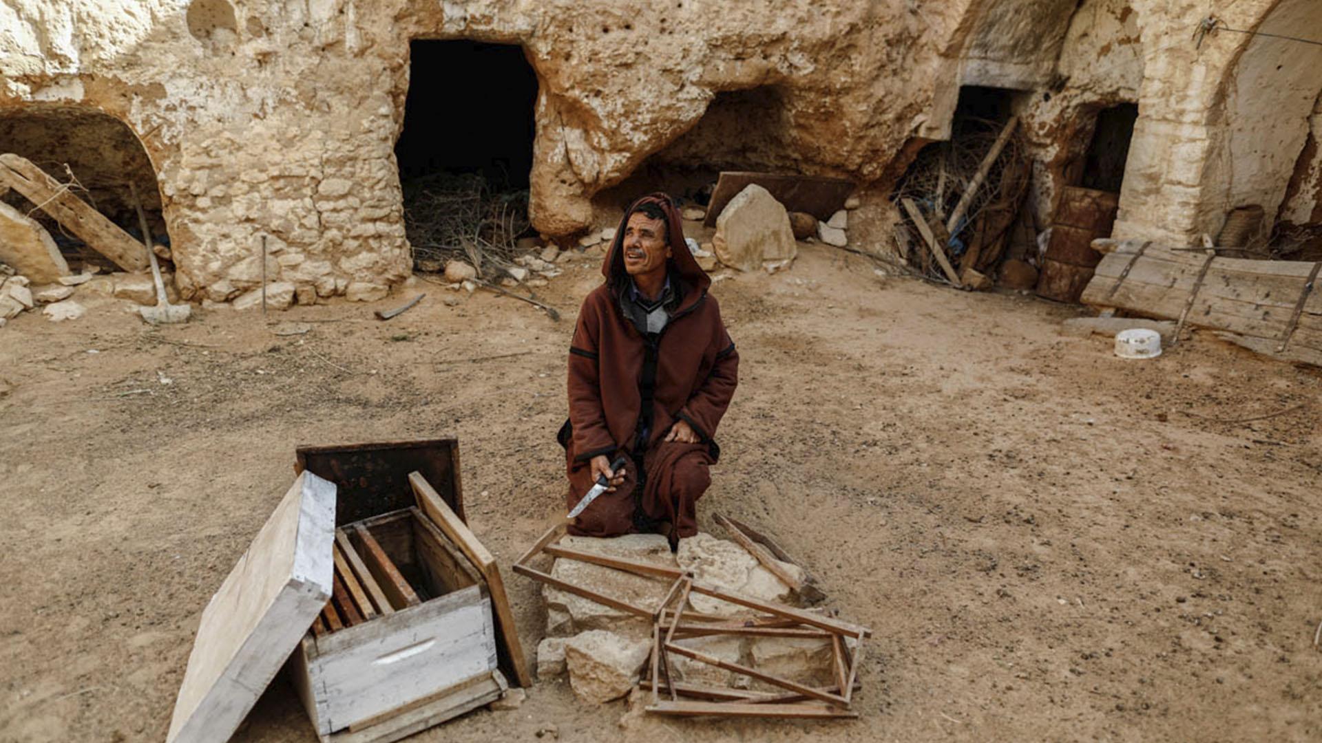 Mustafá, de 54 años, en el patio de su casa bajo tierra