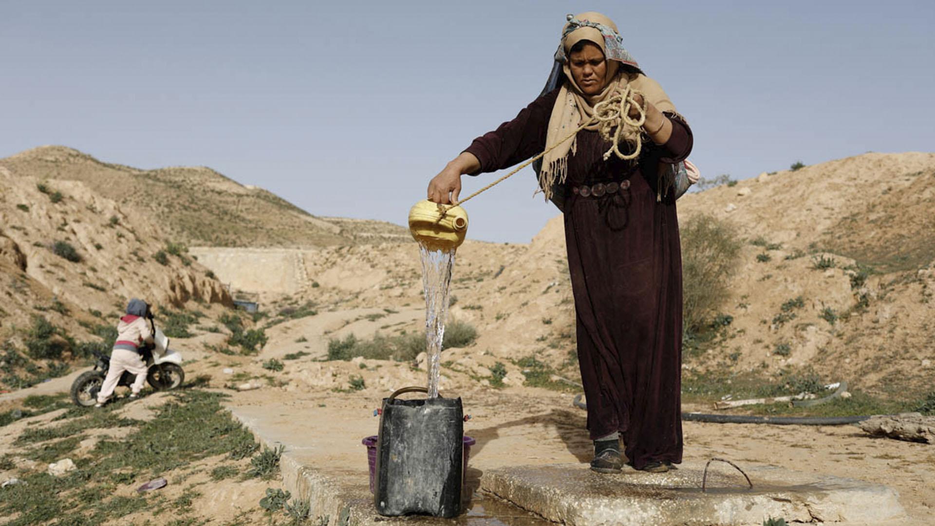 Recolectando agua desde un tanque, también enterrado