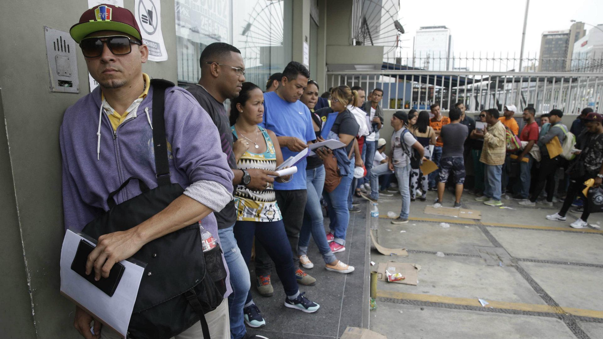 Venezolanos esperan en el Ministerio de Relaciones Exteriores en Lima, Perú (AP)