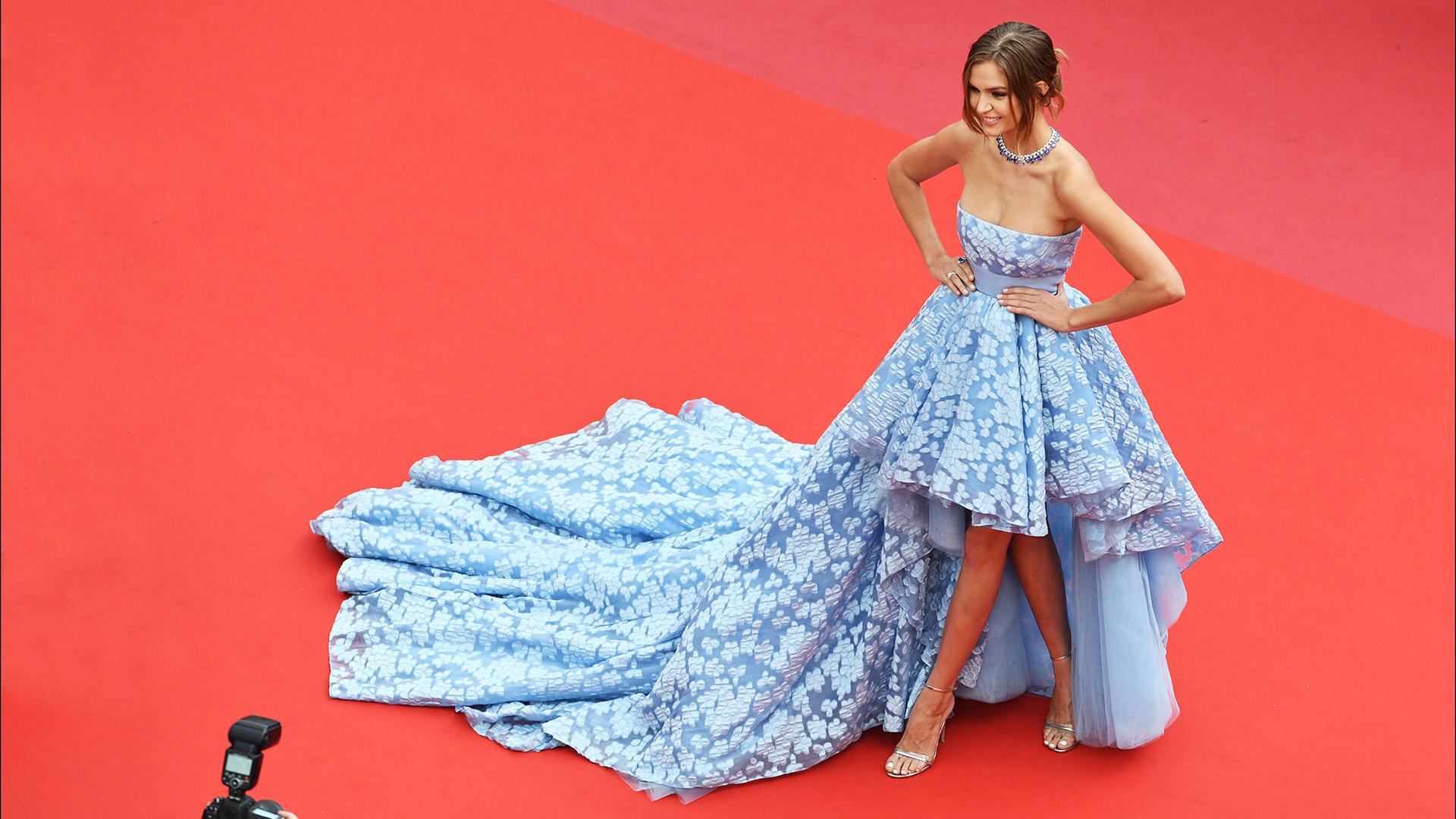 Josephine Skriver, una de las más elegantes de la red carpet con un look asimétrico
