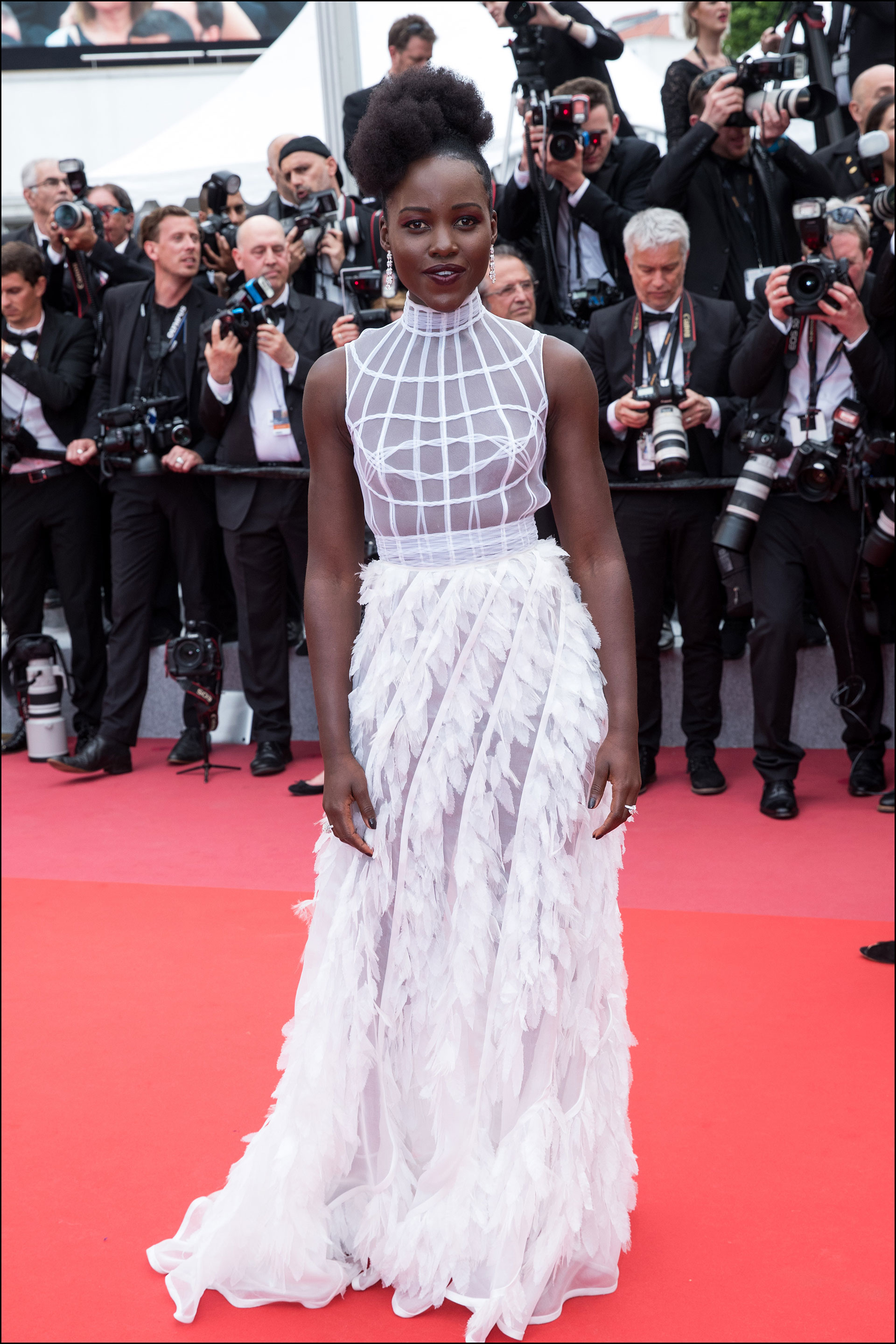 Lupita Nyong'o lució un look total White by Dior.