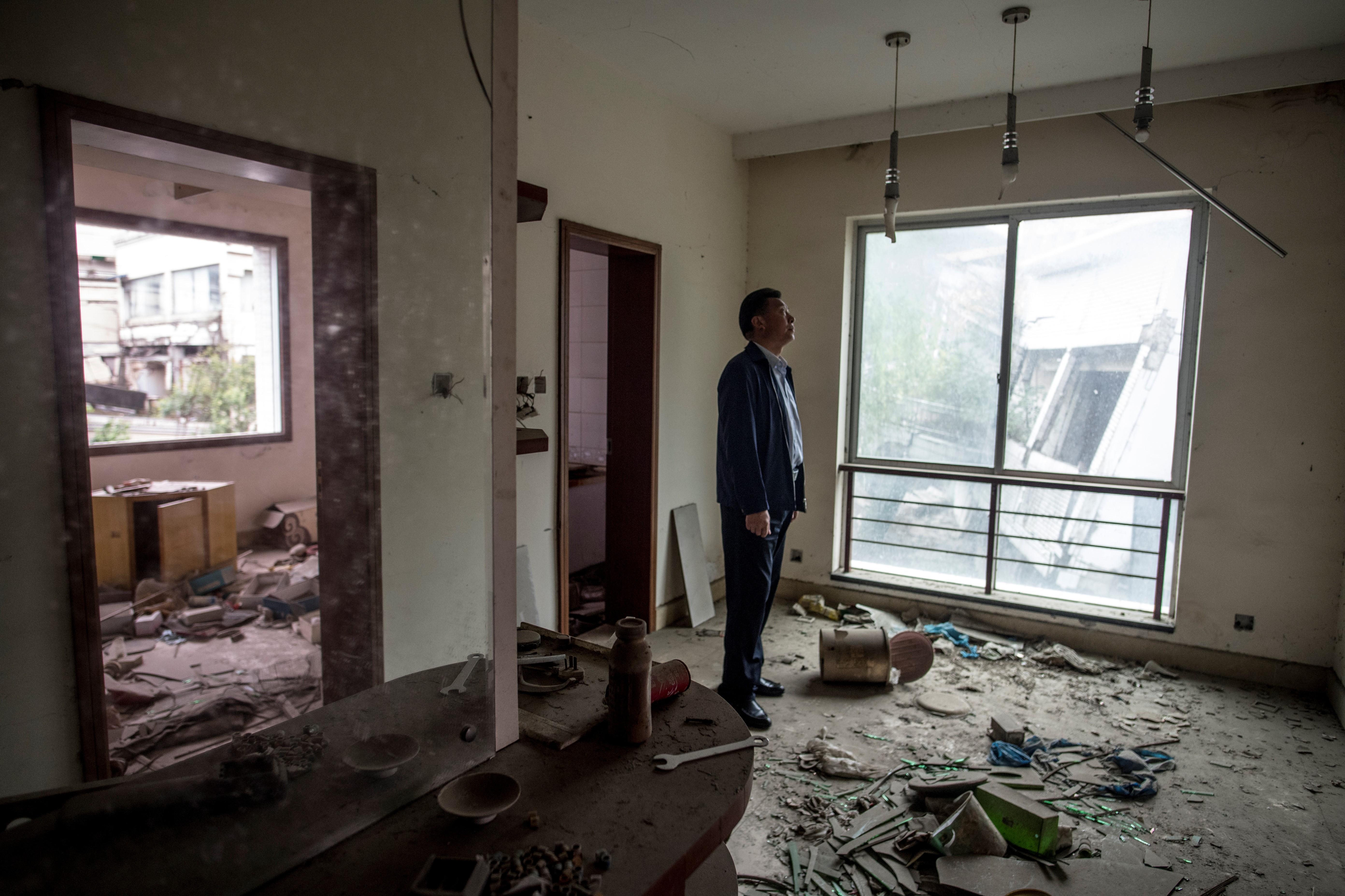 Chen Guoxing posing en el ex dormitorio de los docentes en Beichuan, (AFP / Johannes EISELE)