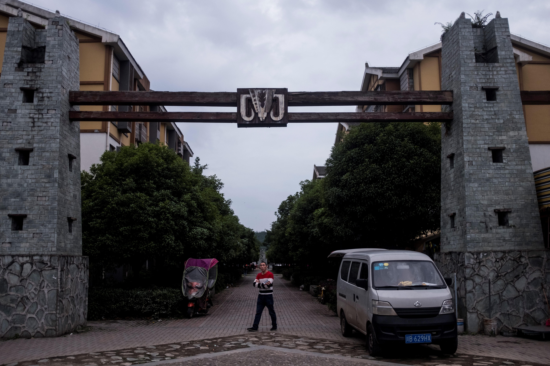 Residentes en la zonareconstruida de la ciudad, a 30 kilómetros de la vija (AFP / Johannes EISELE)