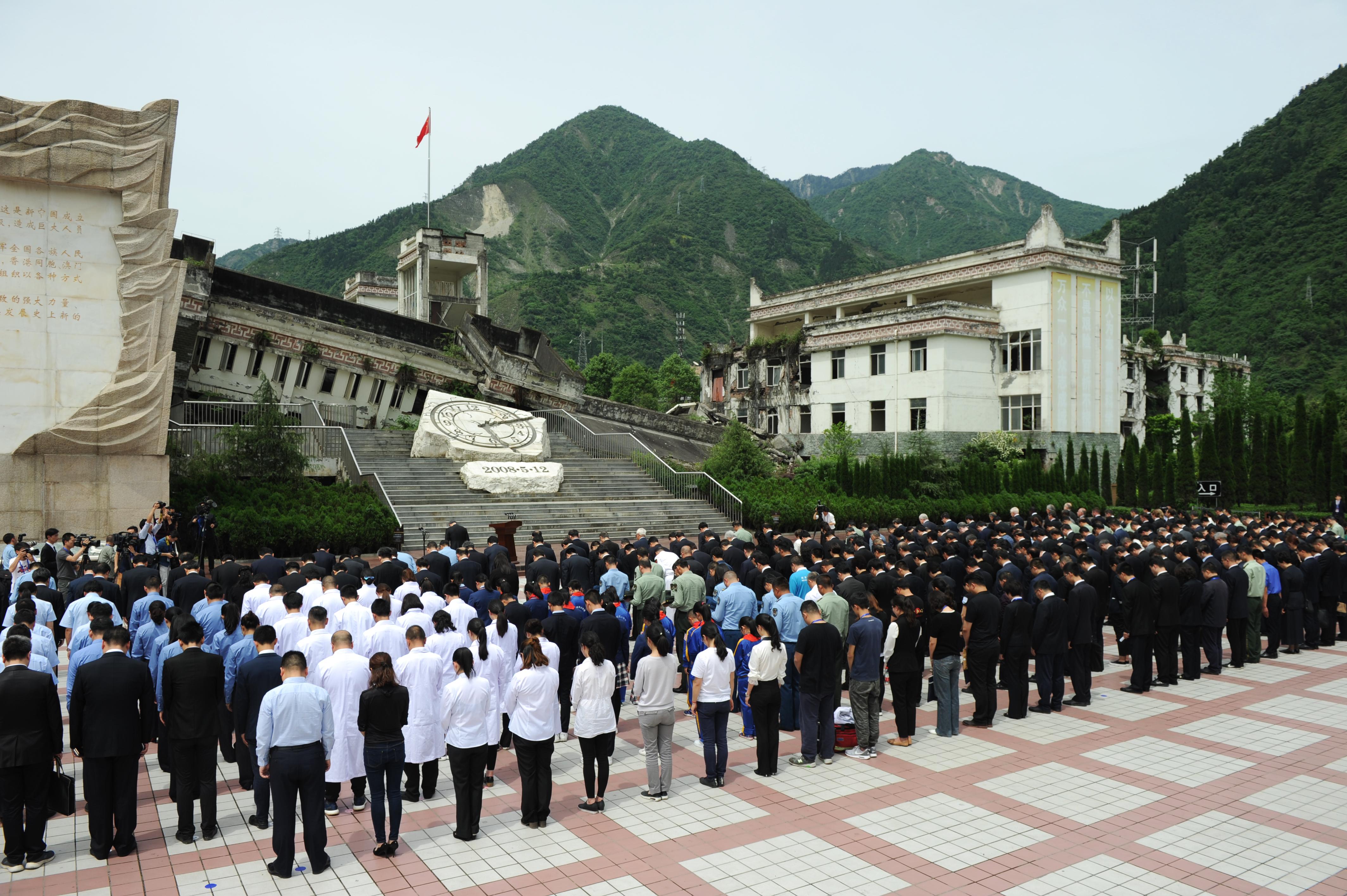 La ceremonia con un minuto de silencio para recordar el sismo el 12 de mayo de 2018. (AFP)