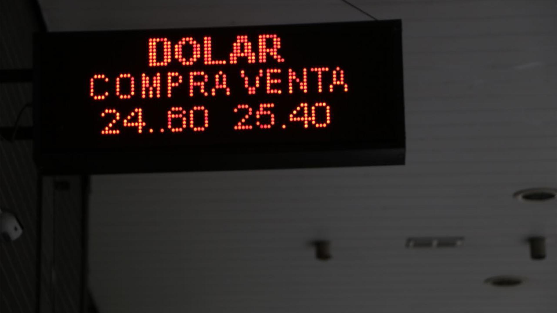 Ayer, el dólar rompió el techo de los $25 (Lihuue Althabe)