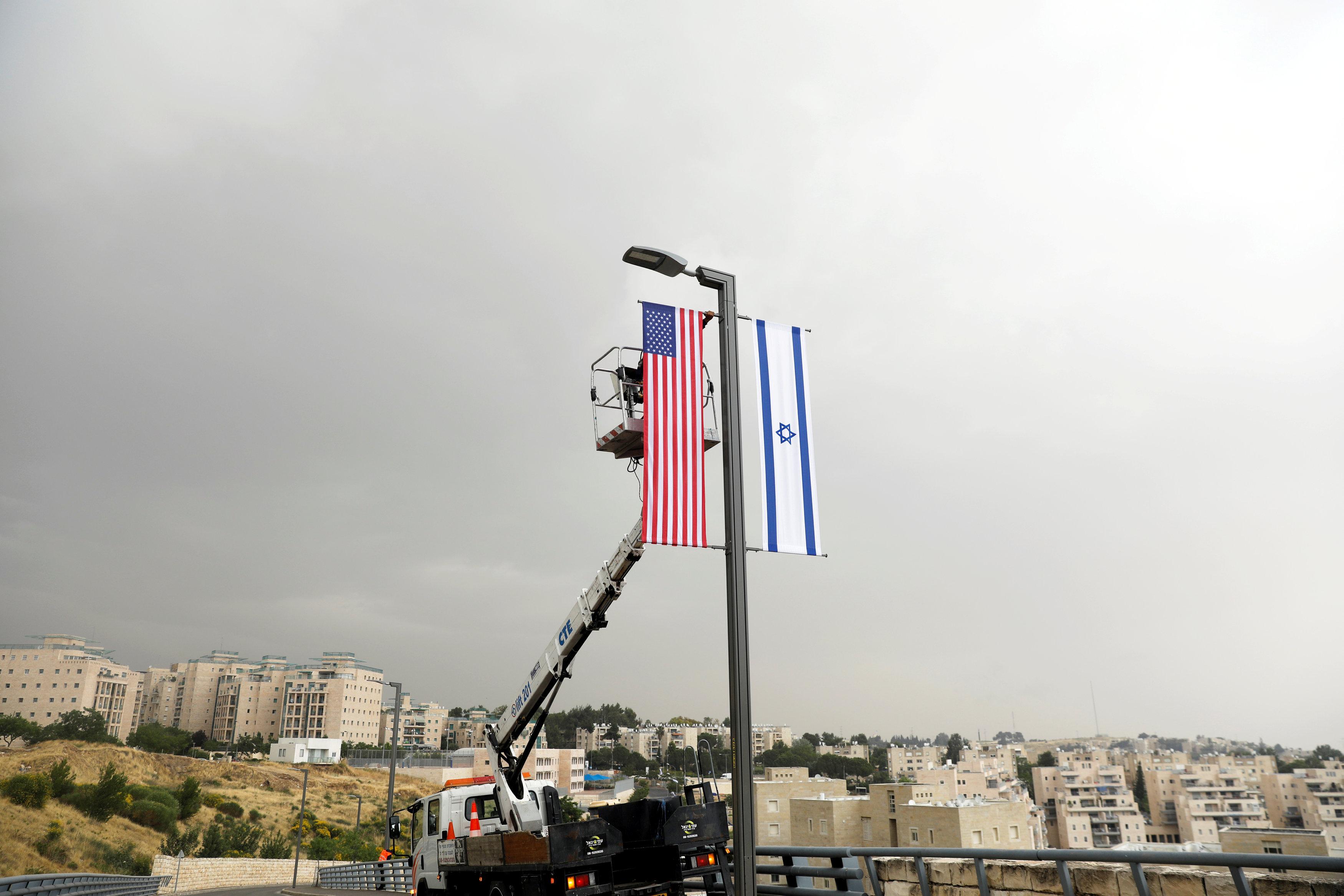 Banderas de EEUU e Israel en los alrededores de la nueva embajada (Reuters)