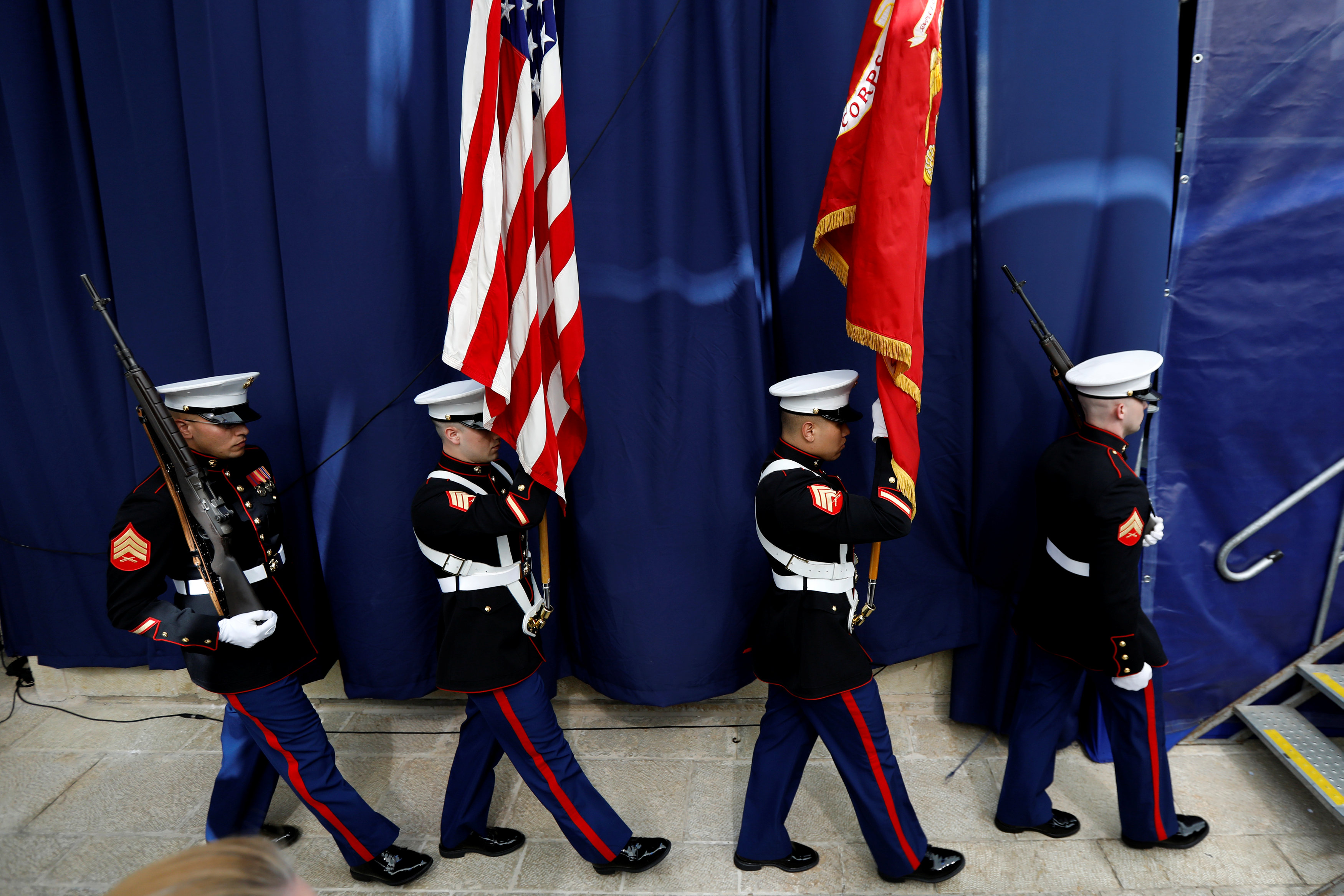 Marines de los Estados Unidos llevan la bandera en el inicio de la ceremonia (Reuters)