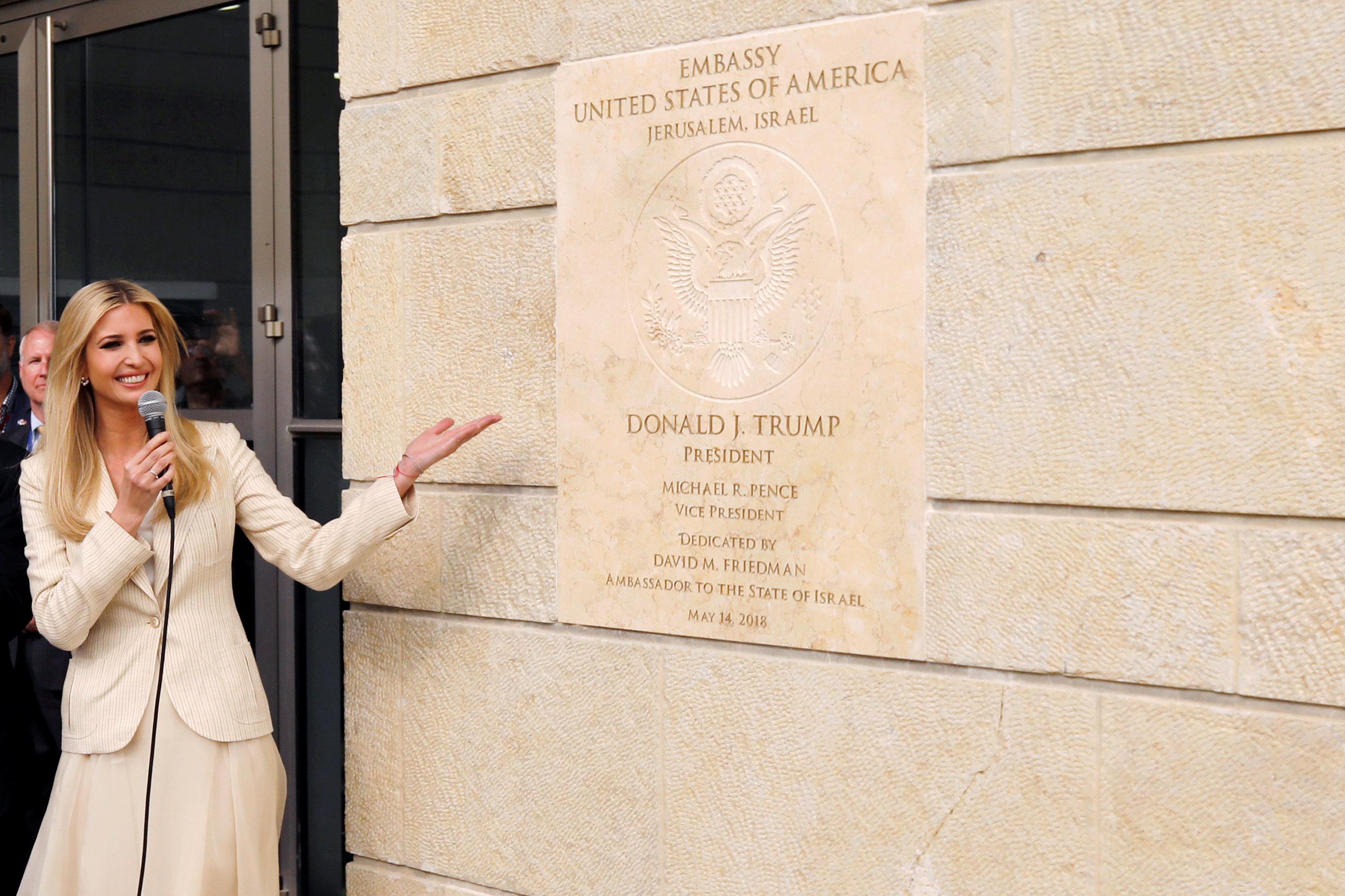 Ivanka Trump, hija y asesora del presidente Trump, muestra a la placa dedicatoria revelada en la nueva embajada(Reuters)