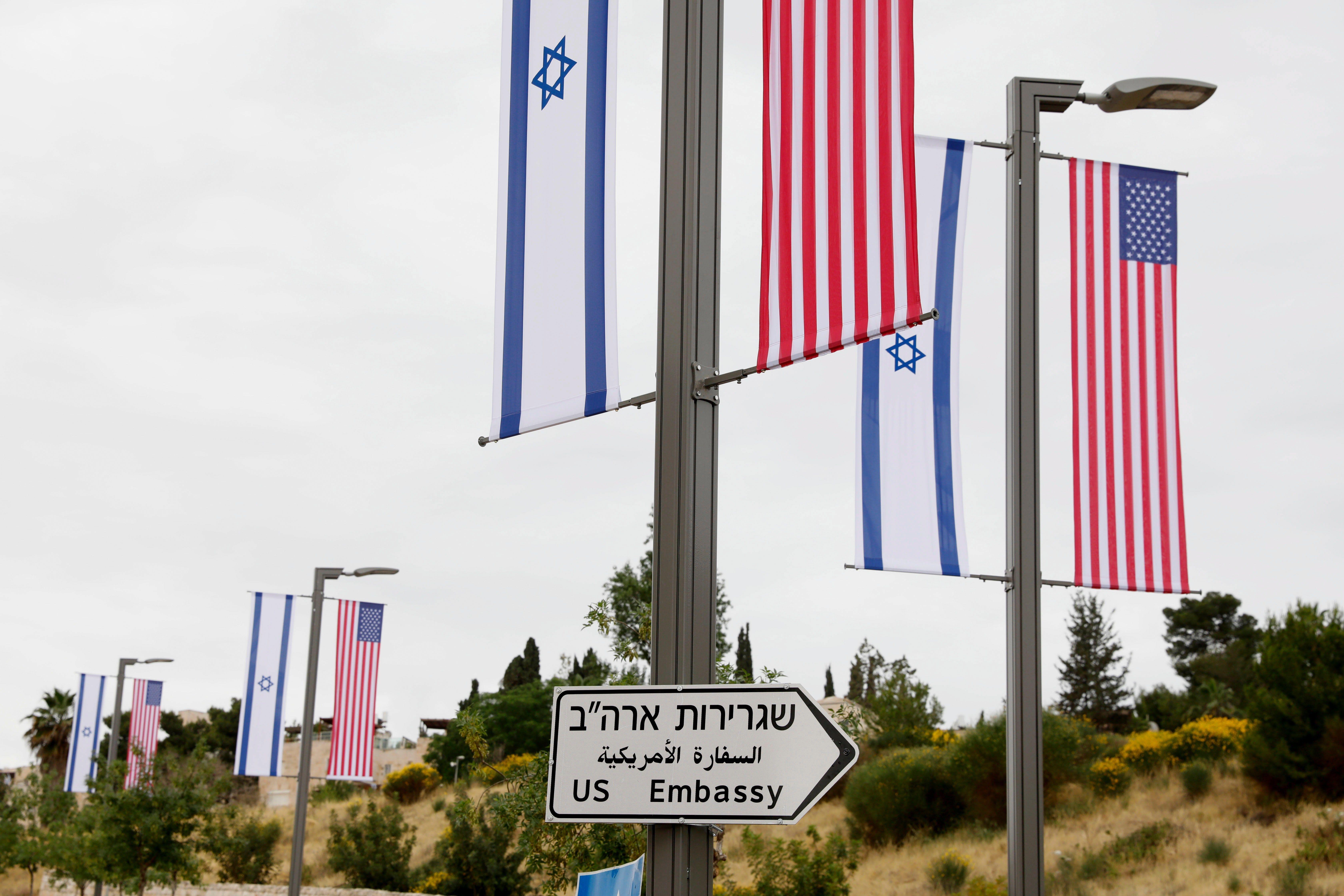 Un cartel indica la dirección de la embajada de Estados Unidos en Jerusalén (EFE)