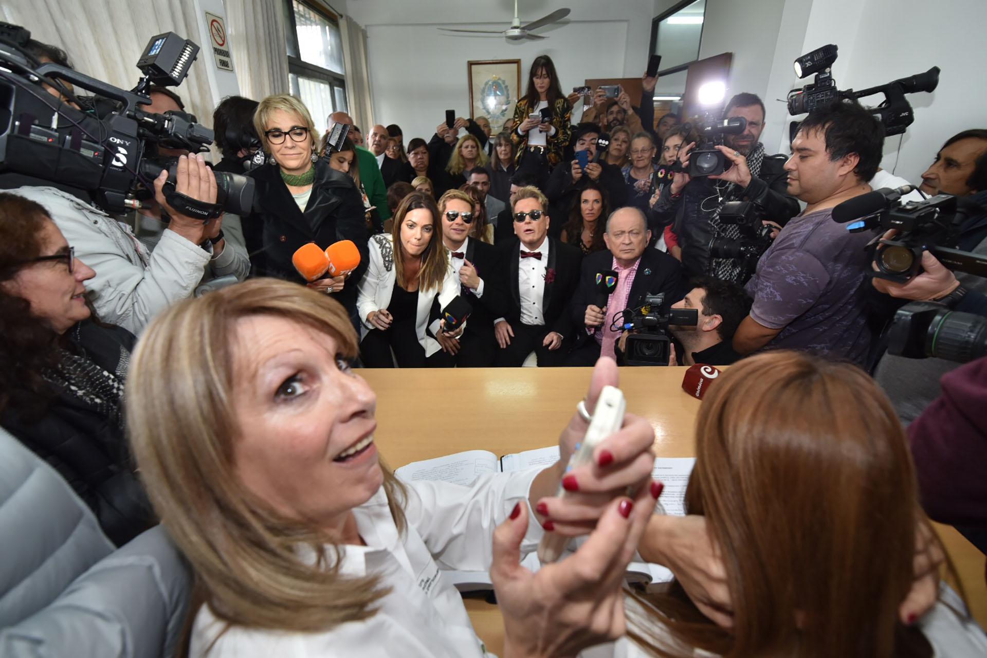Entre la cantidad de gente y los nervios, la jueza tuvo que prender el aire acondicionado