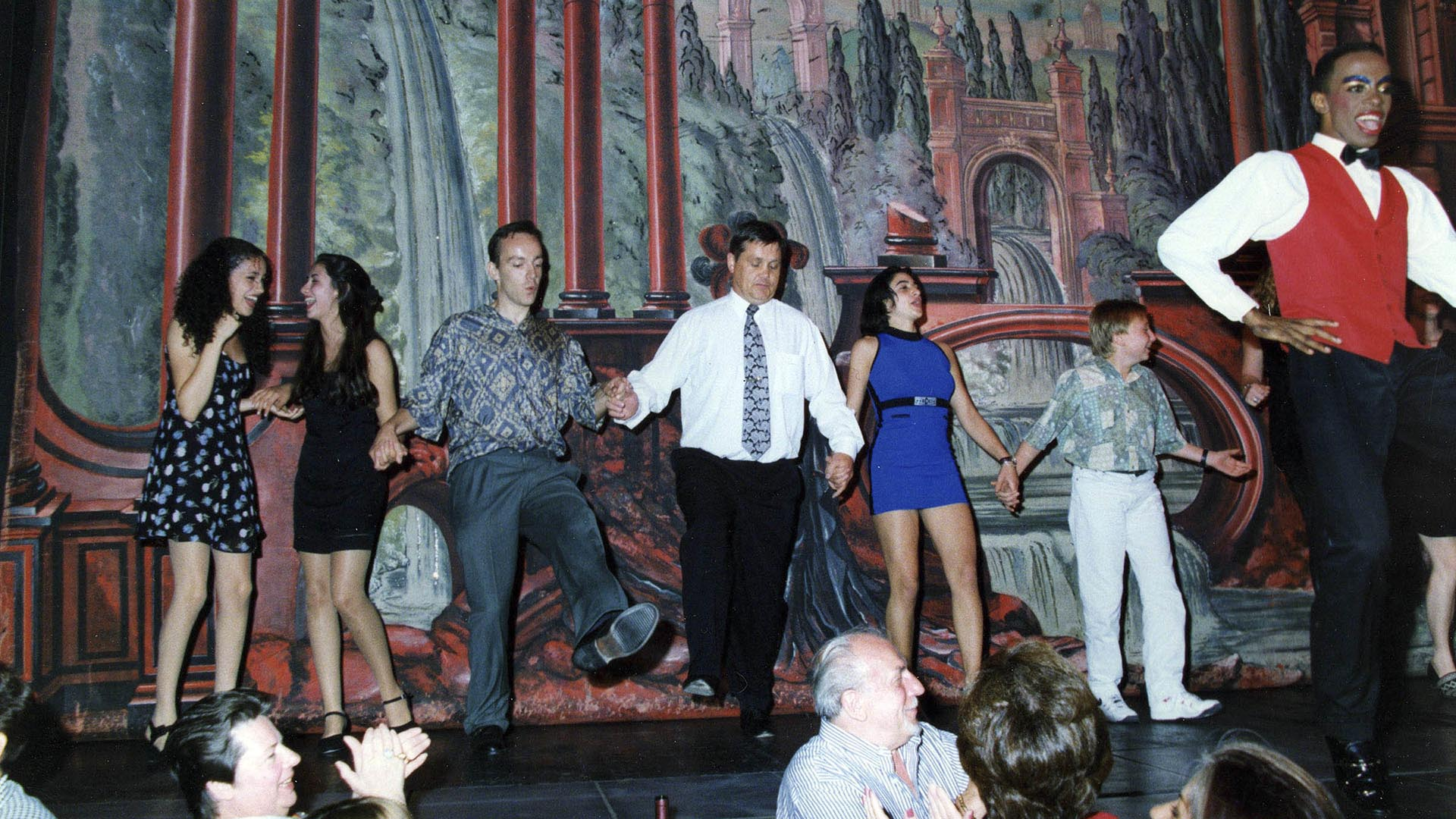 Meghan sobre el escenario, divertida en un baile escolar en el secundario