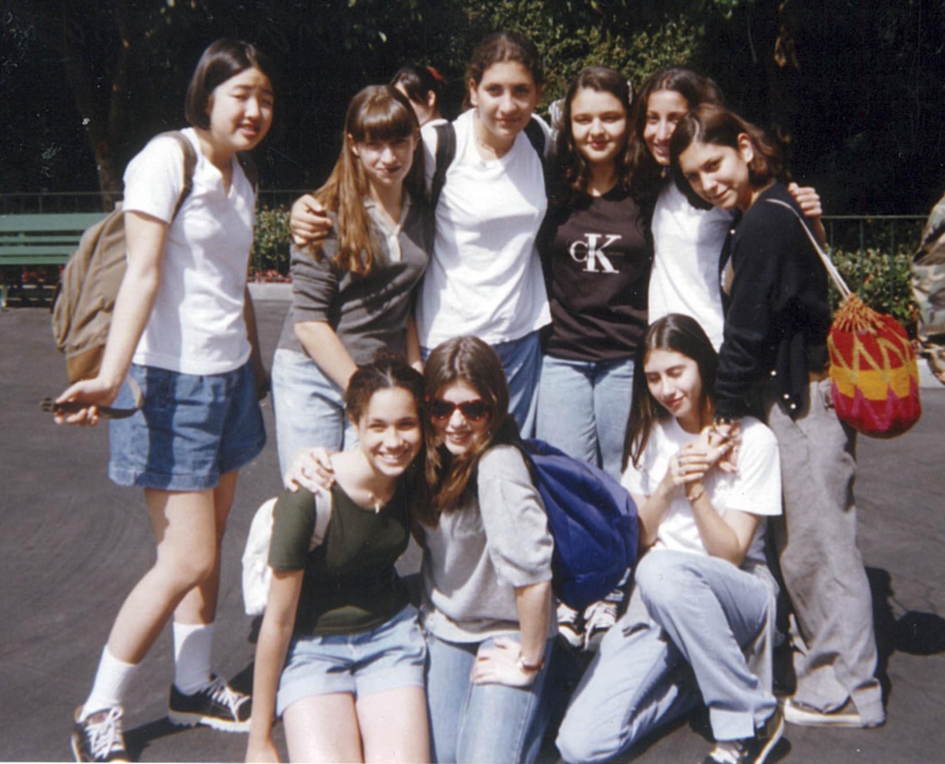 Un poco más grande, en la preadolescencia, junto con su grupo de amigas en Disneyland