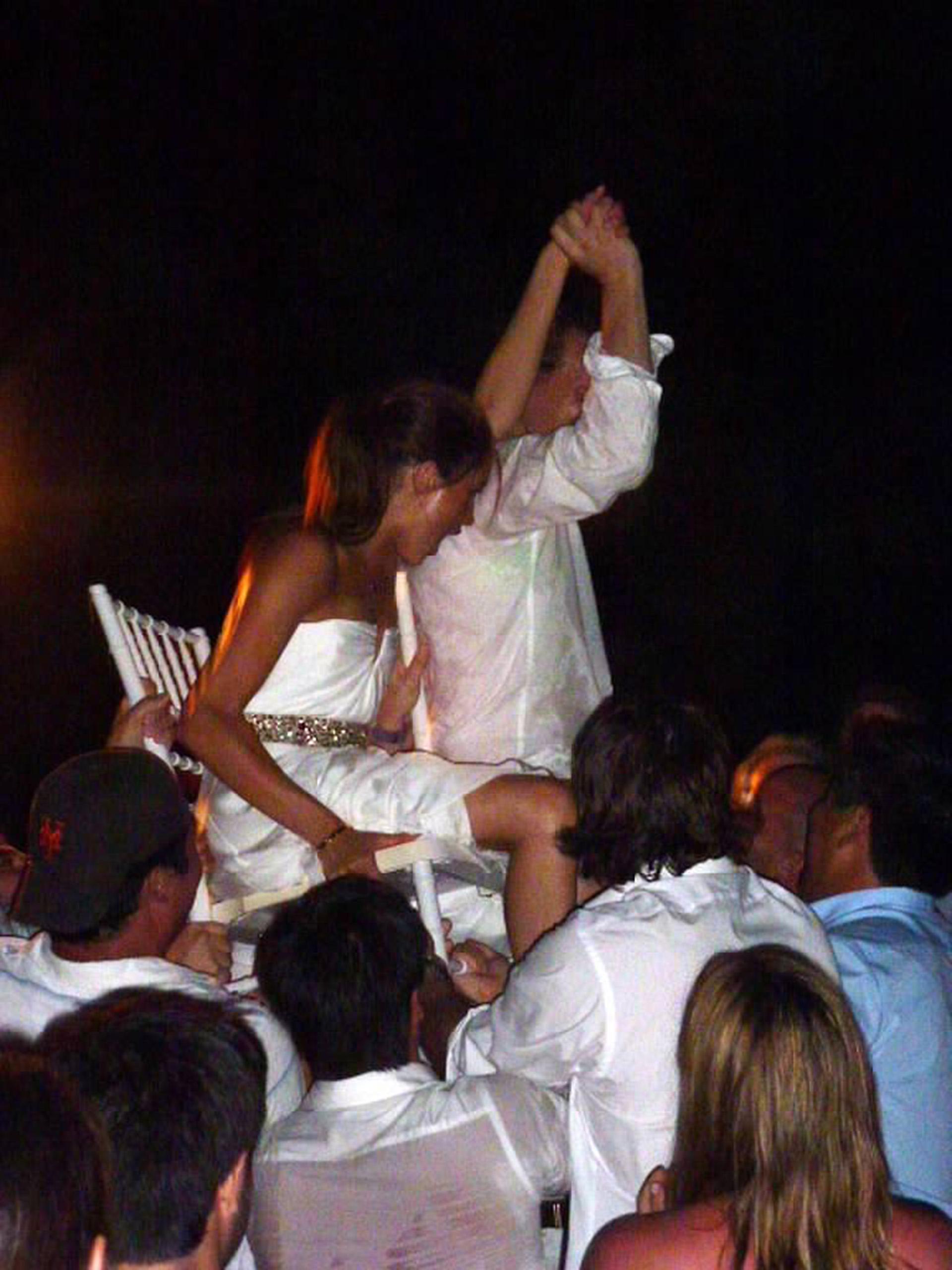 Los novios festejando su casamiento a lo grande