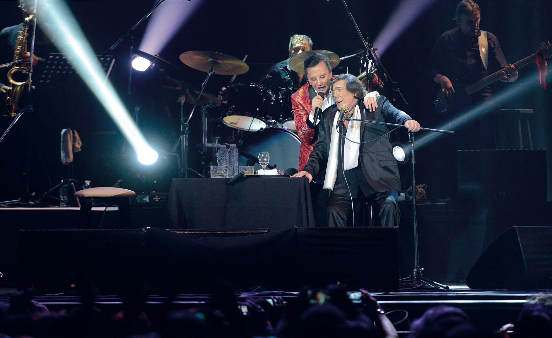 Palito Ortega y Cacho Castaña sobre el escenario