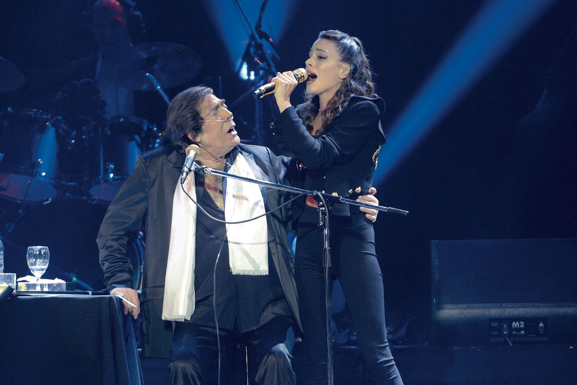 Cacho Castaña escucha a Tini Stoessel que subió a cantar con ellos.