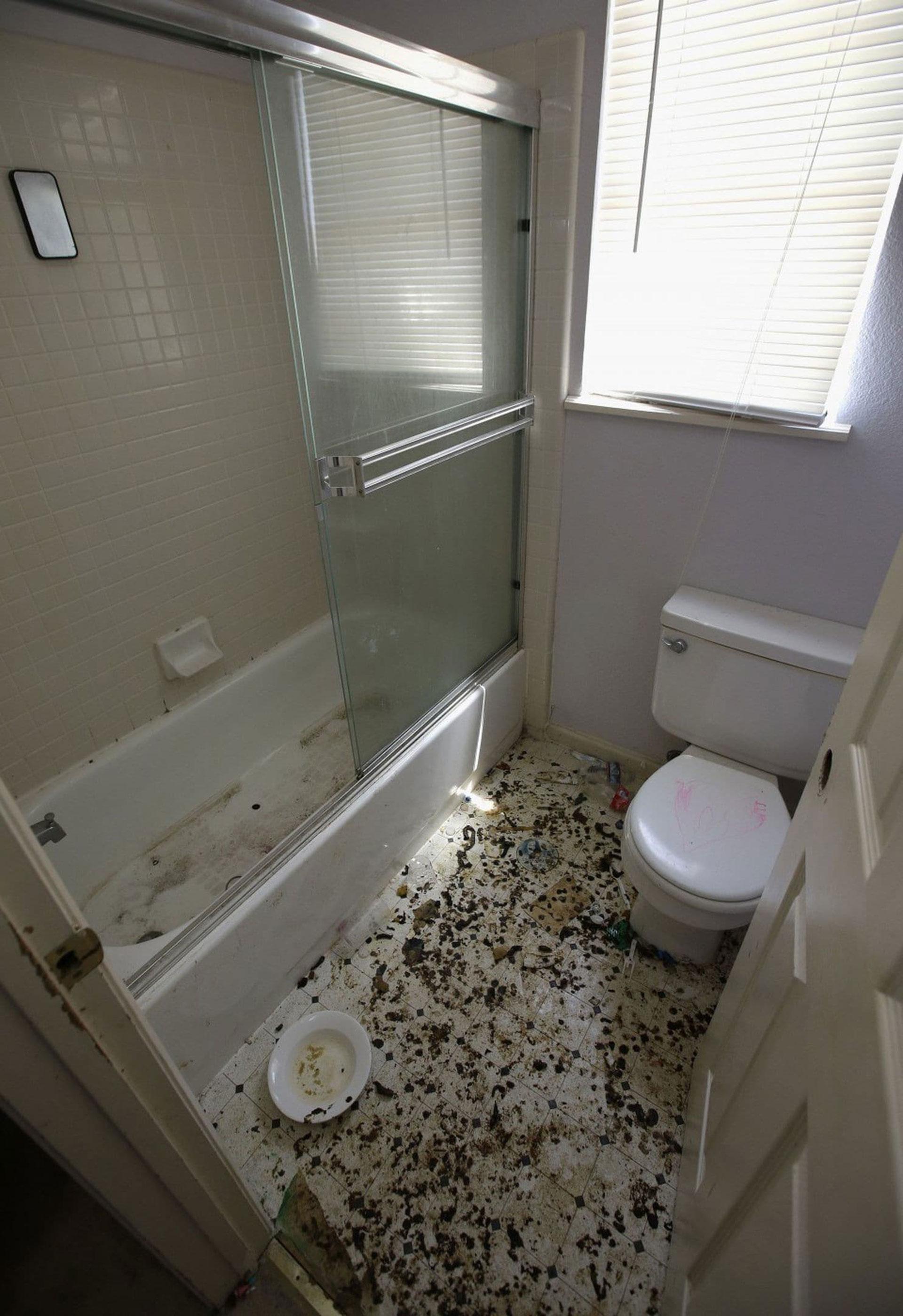 El baño de la casa era un depósito de heces de todo tipo (AP)