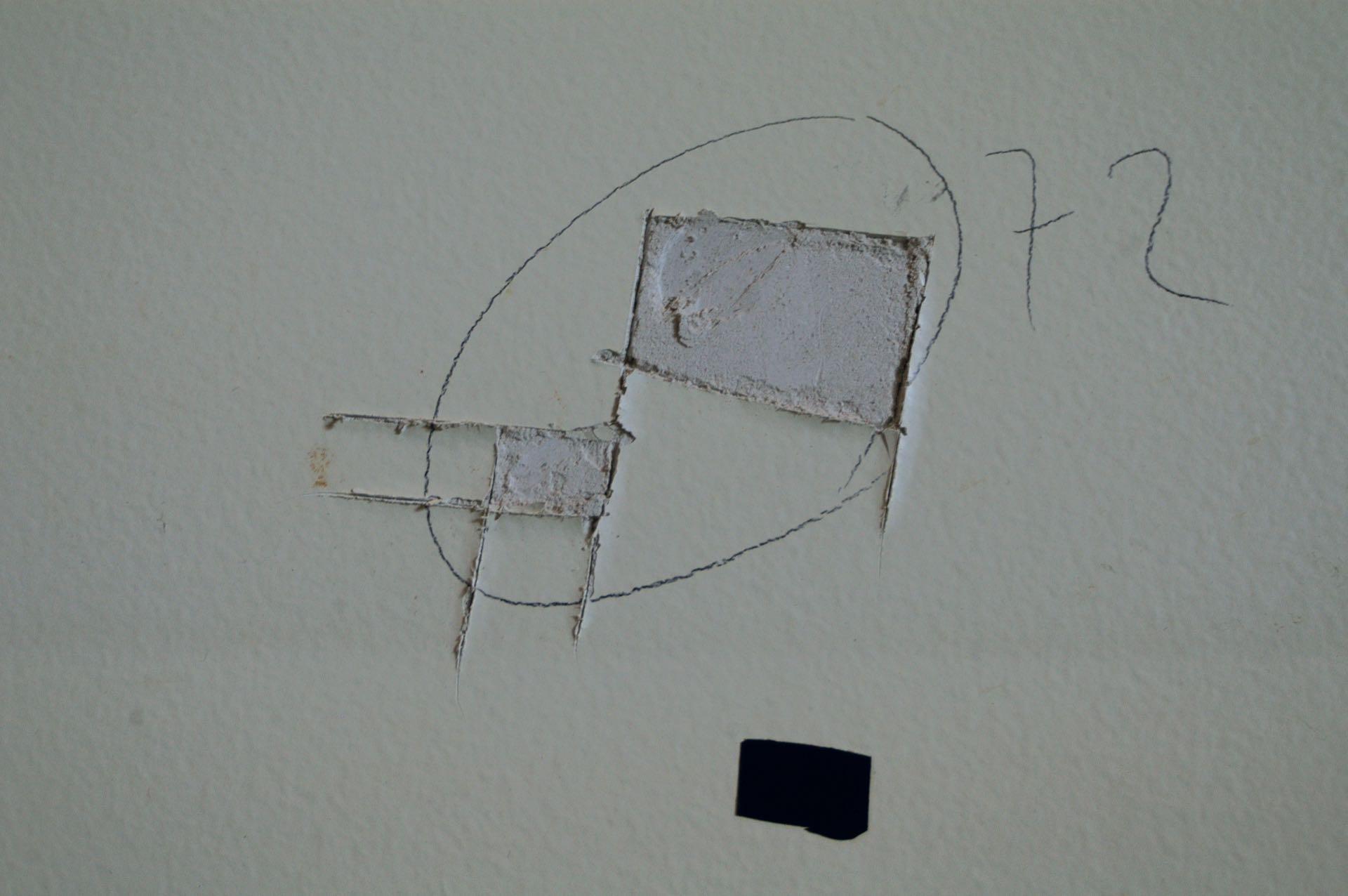 """El del """"sospechoso 2"""" fue hallado en la viga del techo del baño, mezclado con el del """"sospechoso 1""""."""