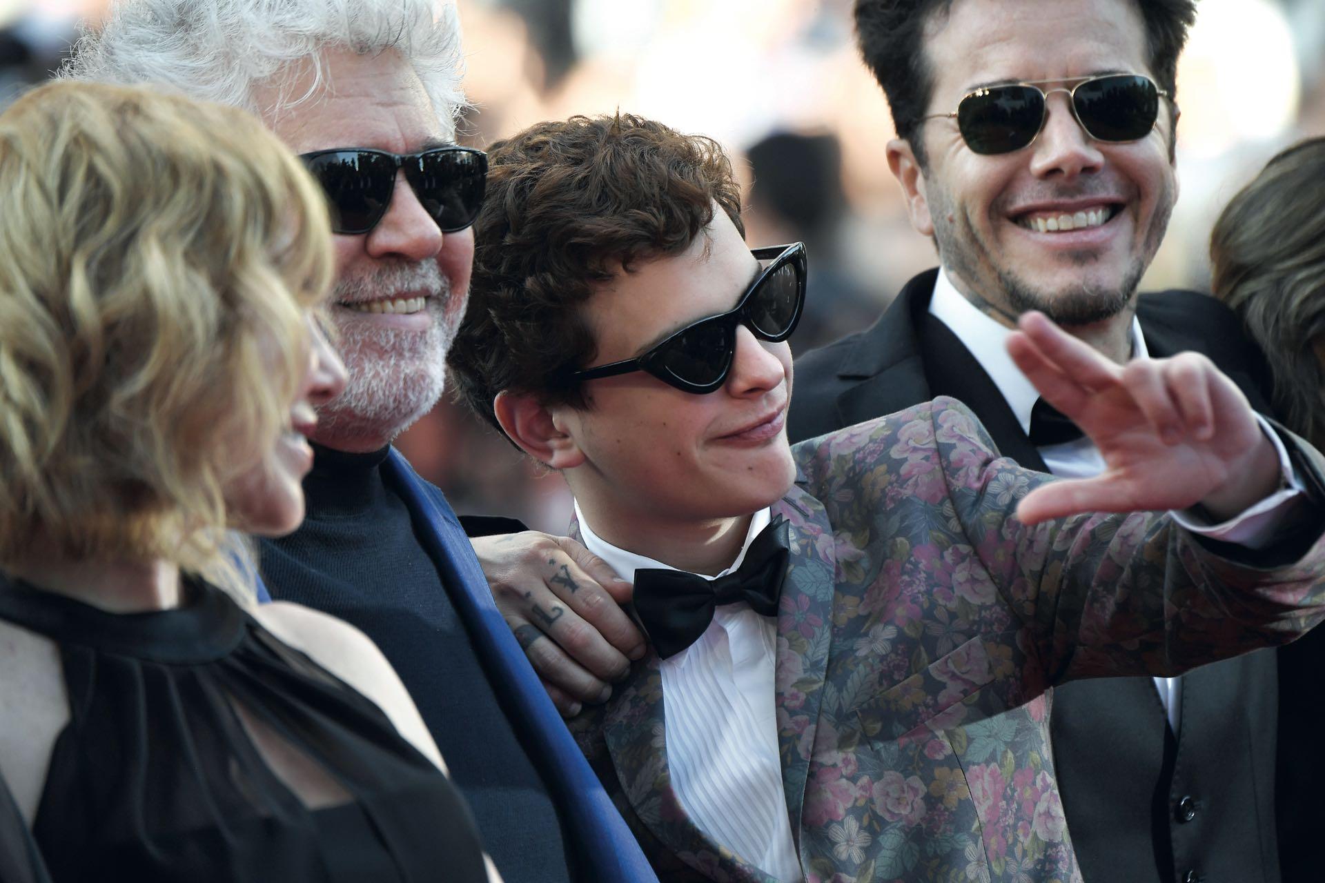 Lorenzo Ferro –elegido entre más de mil actores– bromea en la red carpet, secundado por Pedro Almodóvar, Cecilia Roth y Sebastián Ortega.