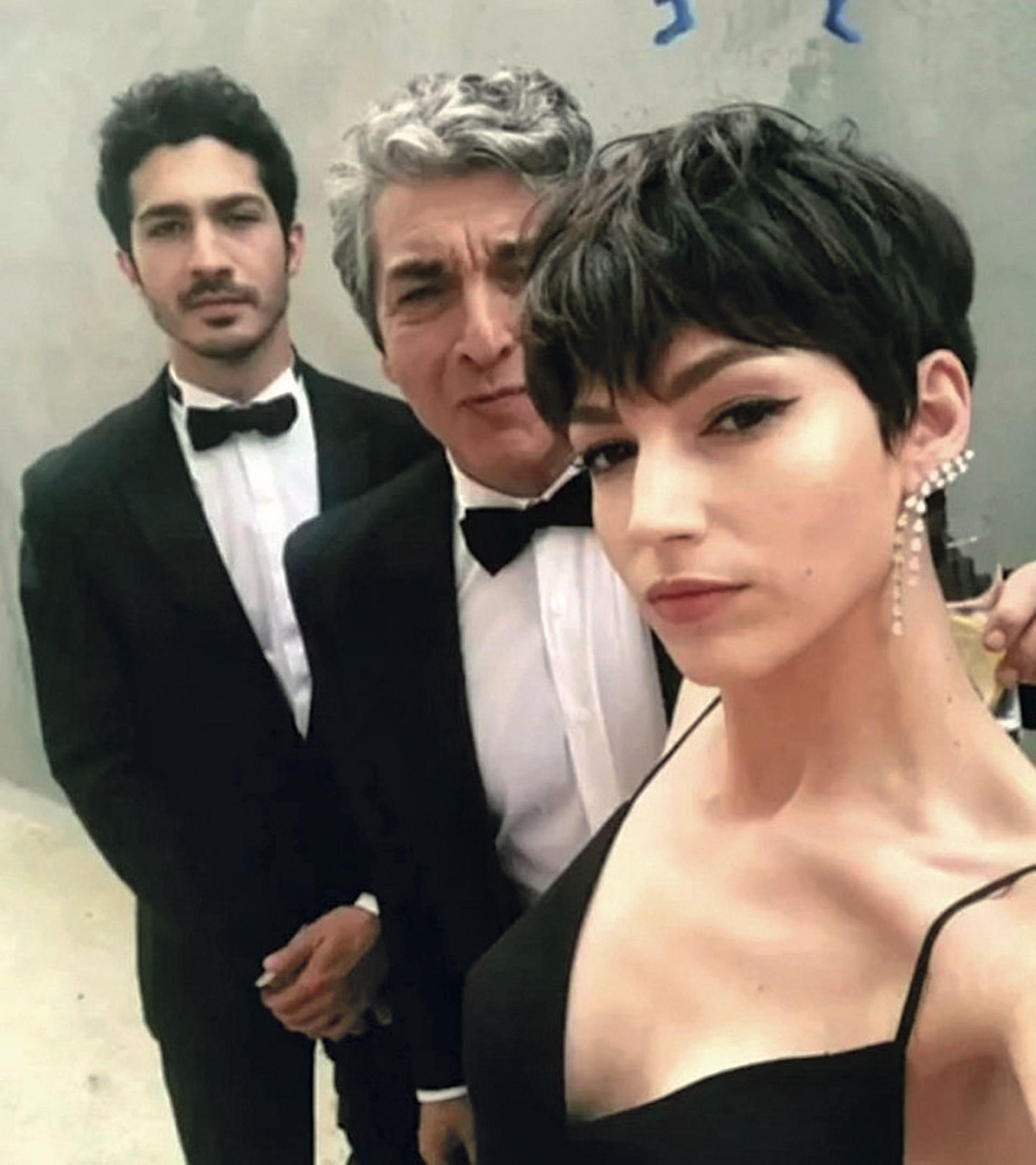 Los preparativos con su hijo, el Chino, que esa noche pisaba la misma red carpet en representación de El ángel y llegó del brazo de su novia, Ursula Corbero, más conocida como Tokio en La casa de papel.
