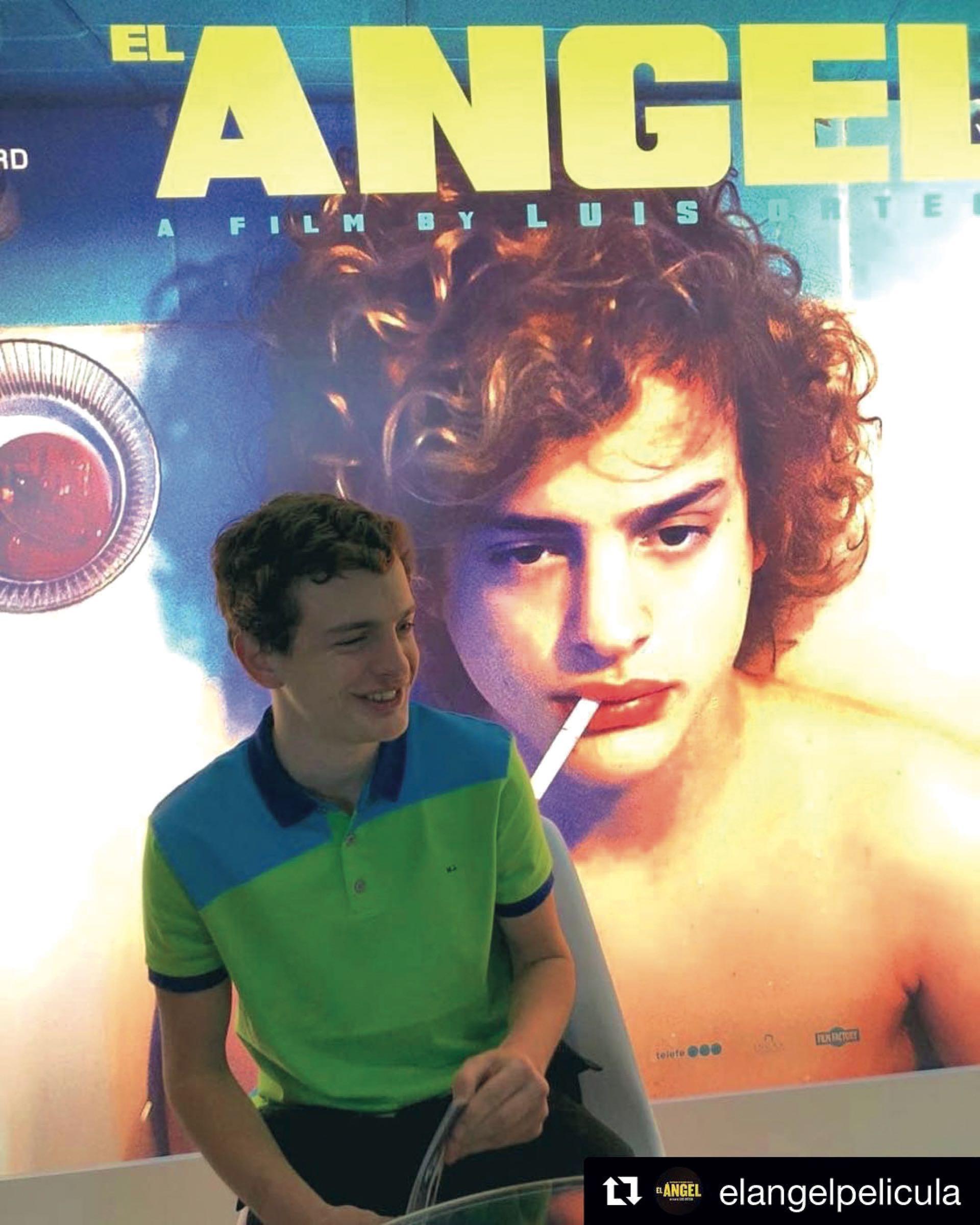 Lorenzo posa junto a un afiche en la Riviera francesa.