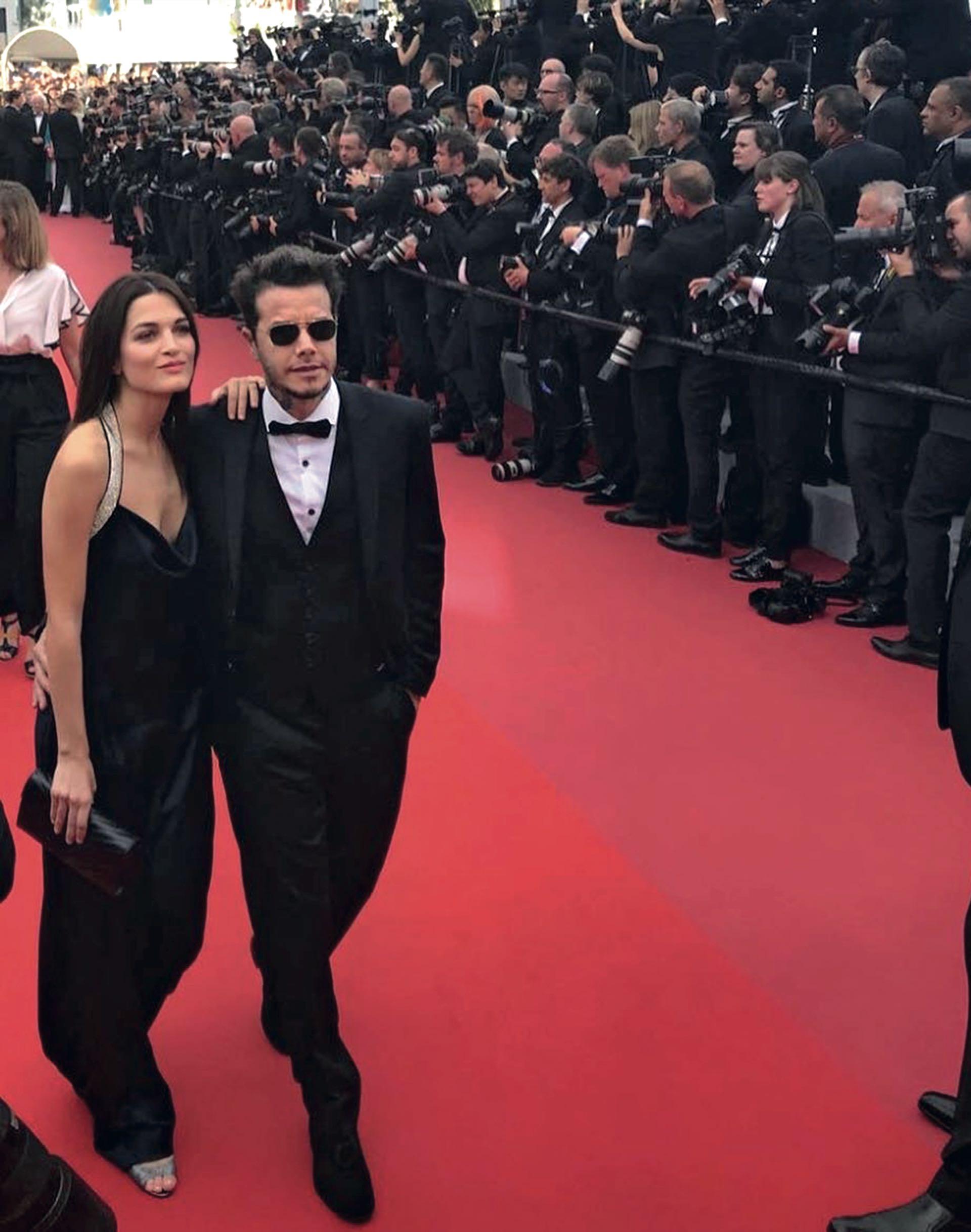 Sebastián –de smoking y zapatos– junto a su novia, la modelo y actriz Carla Moure, by Bomparola.