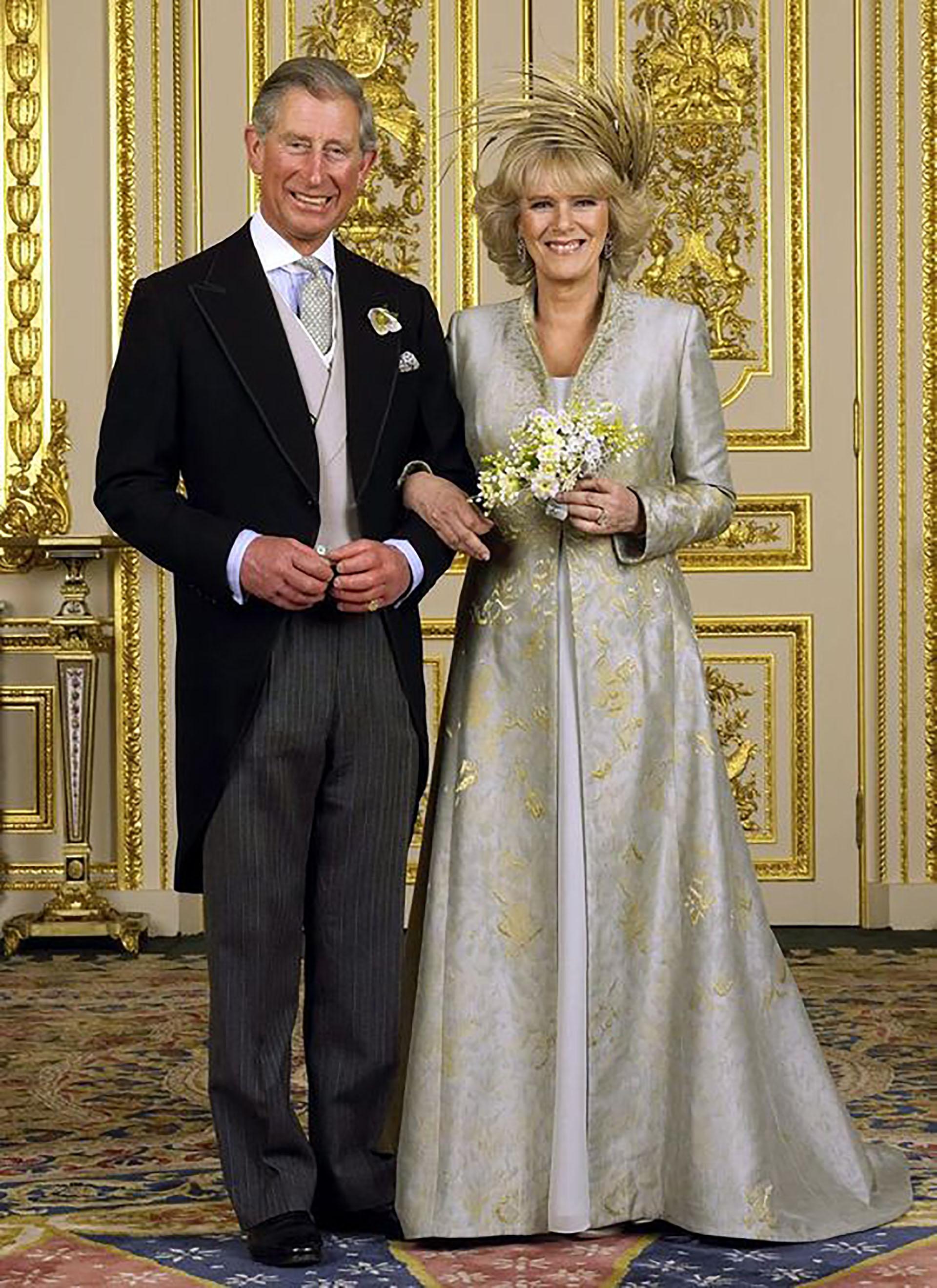 El príncipe Carlos y Camila el día de su casamiento, ella evitó el vestido blanco tradicional