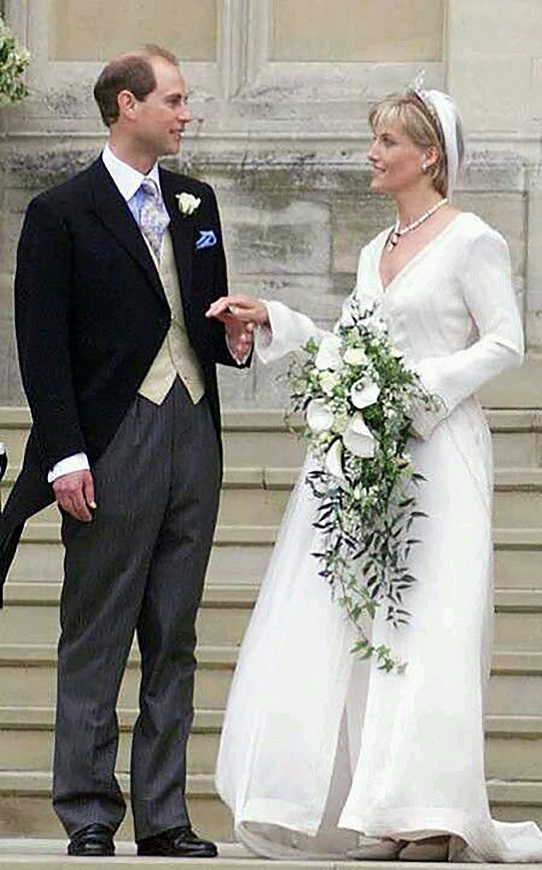 Los novios recién casado, Sophie con un vestido sencillo y atemporal con velo y ramo cáscada de flores blancas