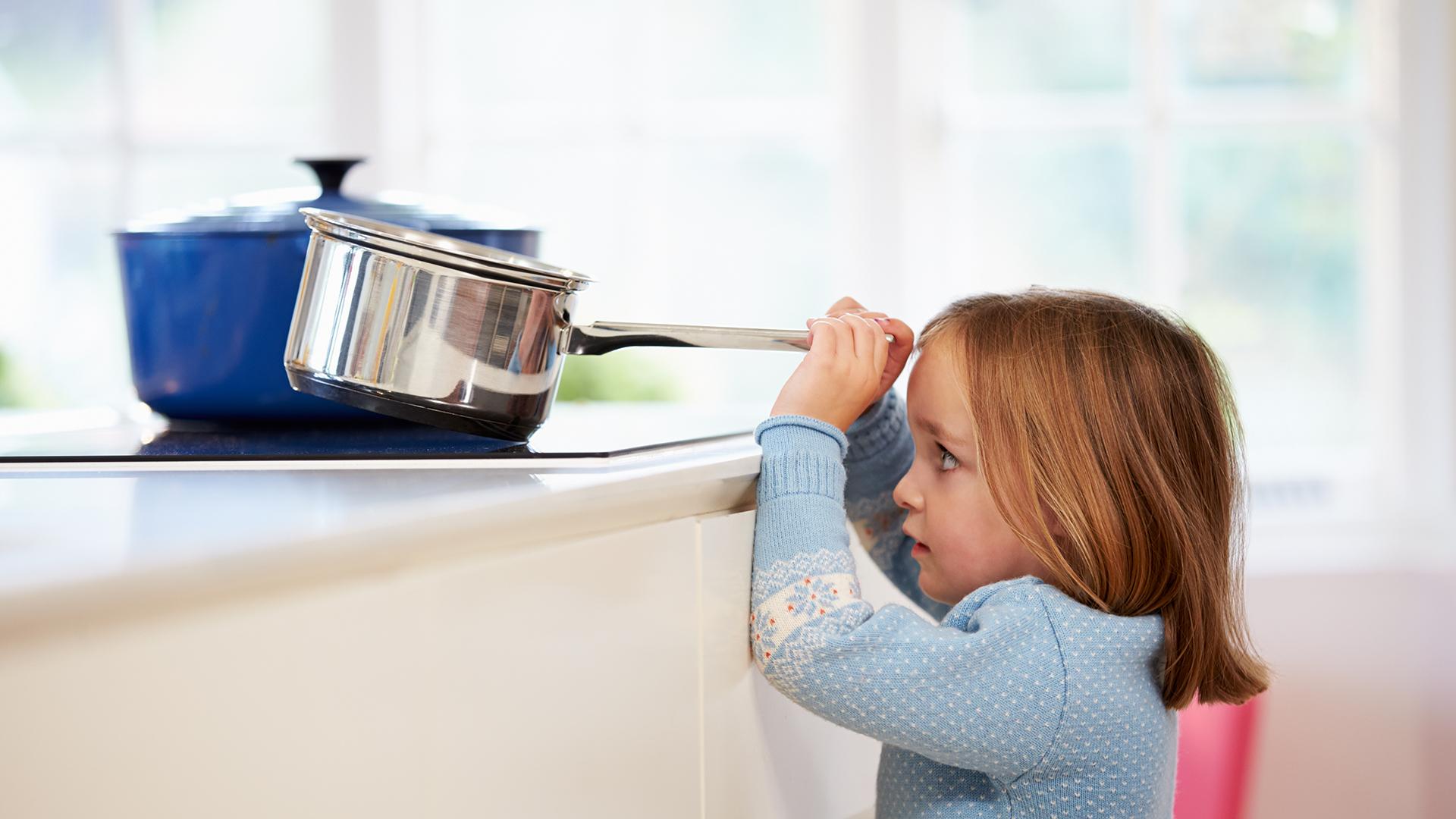 Los accidentes domésticos se dan en la primer infancia, cuando los niños se sienten curiosos por todo (Getty Images)