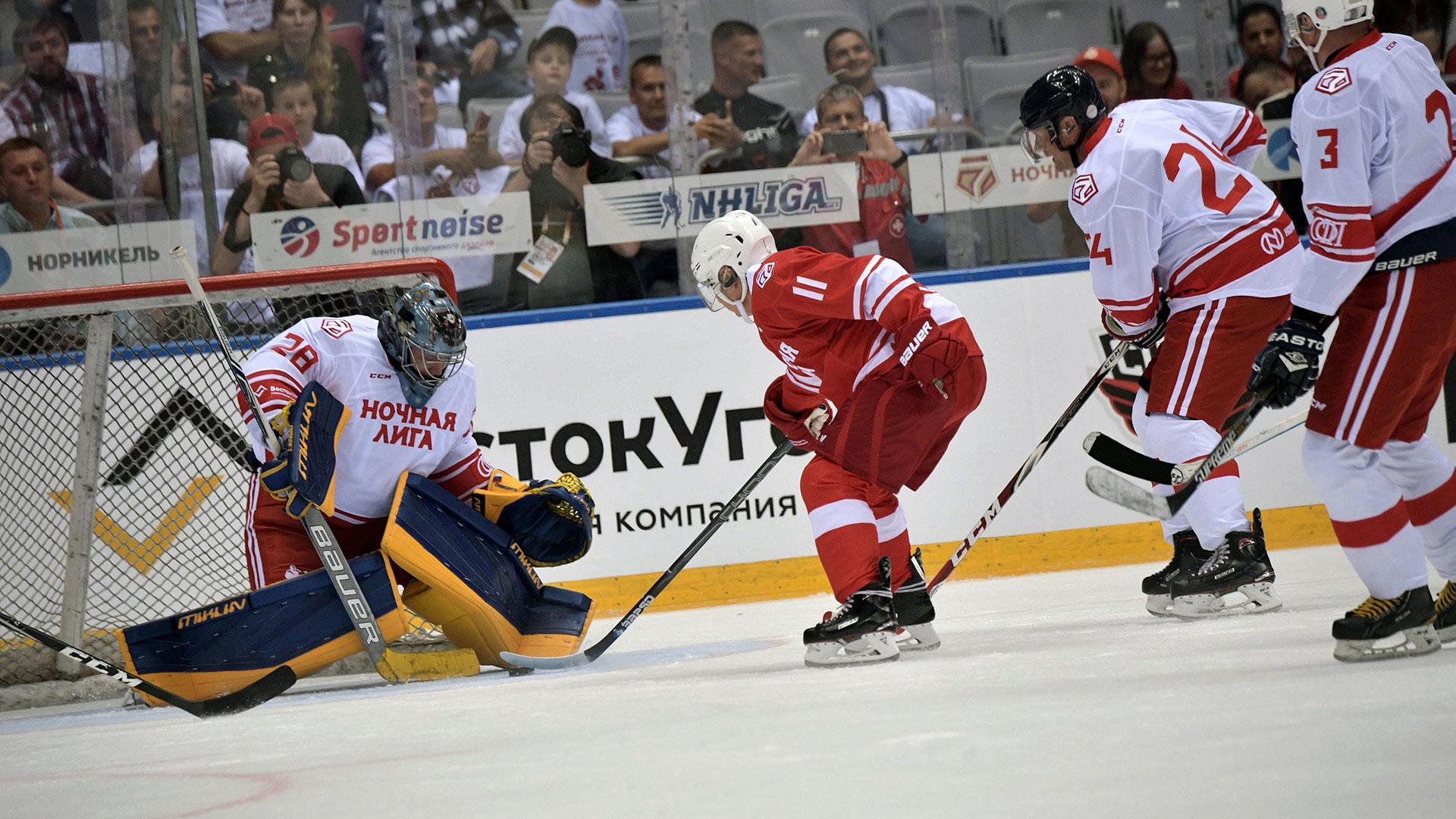 El presidente ruso también brindó 3 asistencias en la victoria de su equipo por 12 a 7(Reuters)